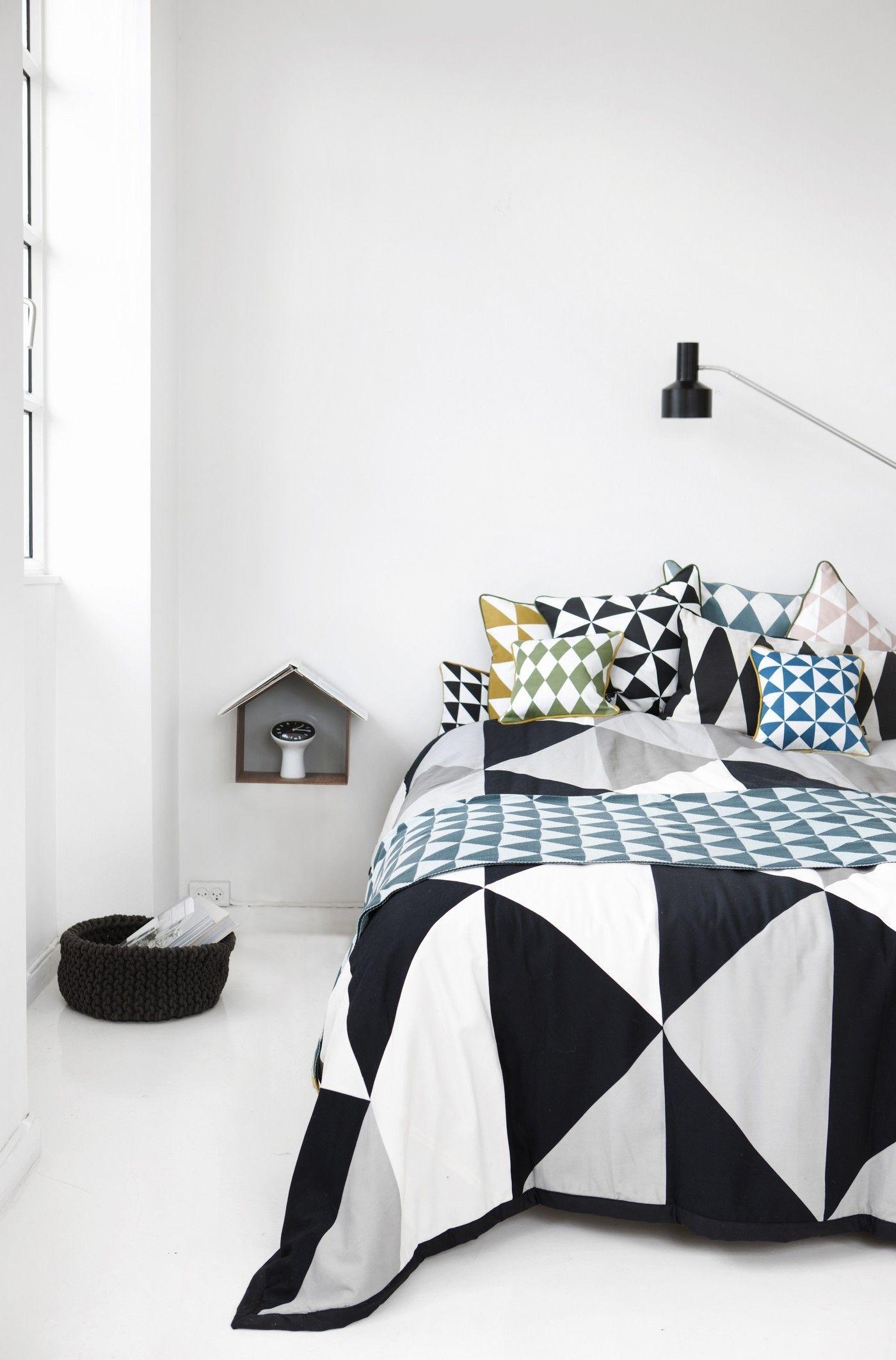 coussin large geometry coton 50 x 50 cm bleu p trole blanc ferm living. Black Bedroom Furniture Sets. Home Design Ideas