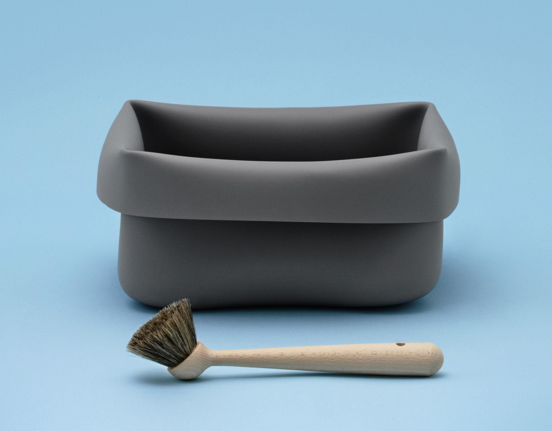 Bassine washing up bowl en caoutchouc avec brosse gris for Bassine caoutchouc
