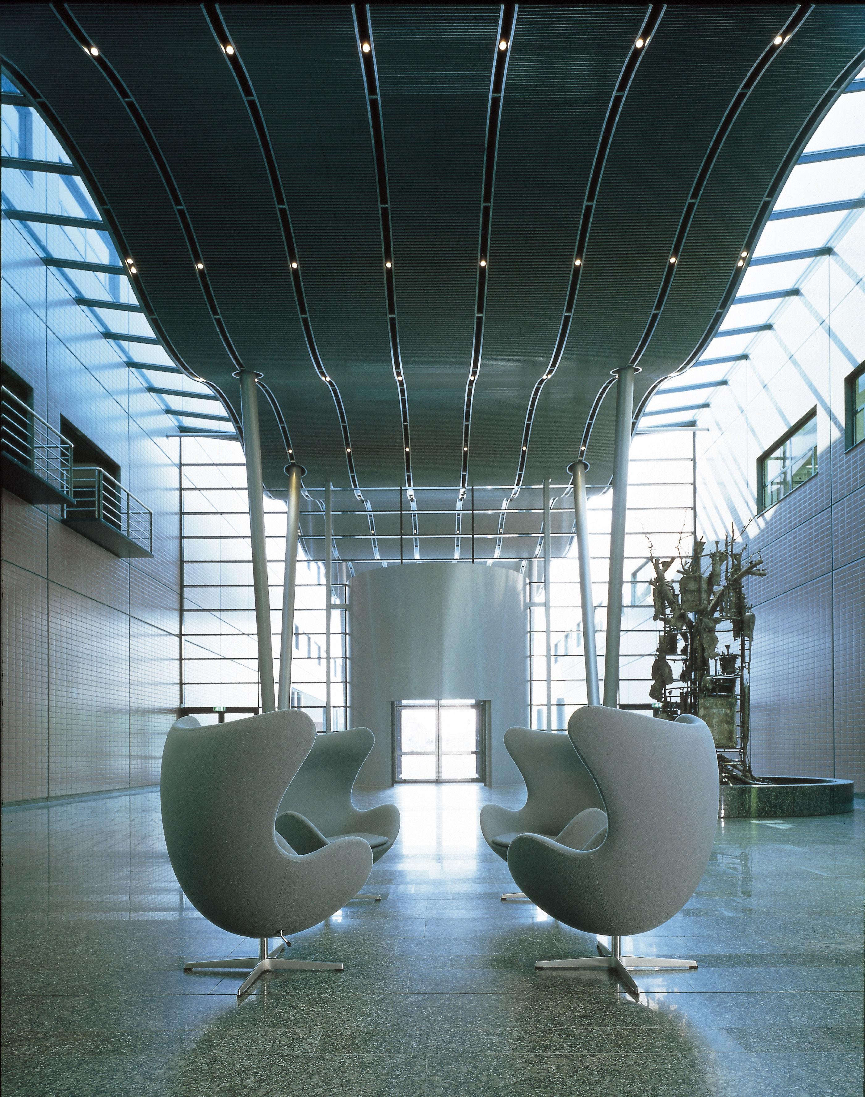 fauteuil pivotant egg chair rembourr tissu gabriele gris fonc fritz hansen. Black Bedroom Furniture Sets. Home Design Ideas