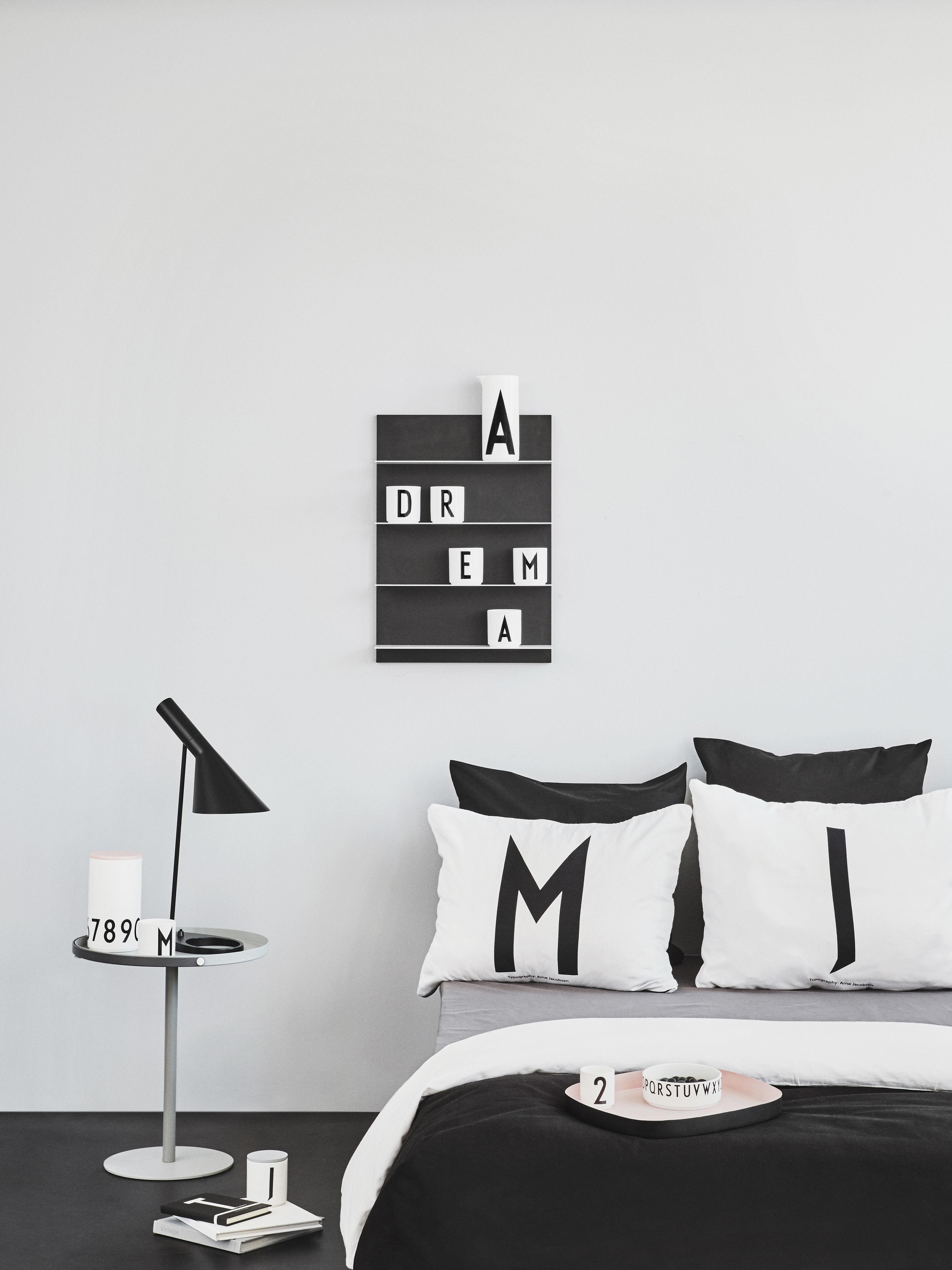 mug arne jacobsen porcelaine lettre a blanc lettre a design letters. Black Bedroom Furniture Sets. Home Design Ideas