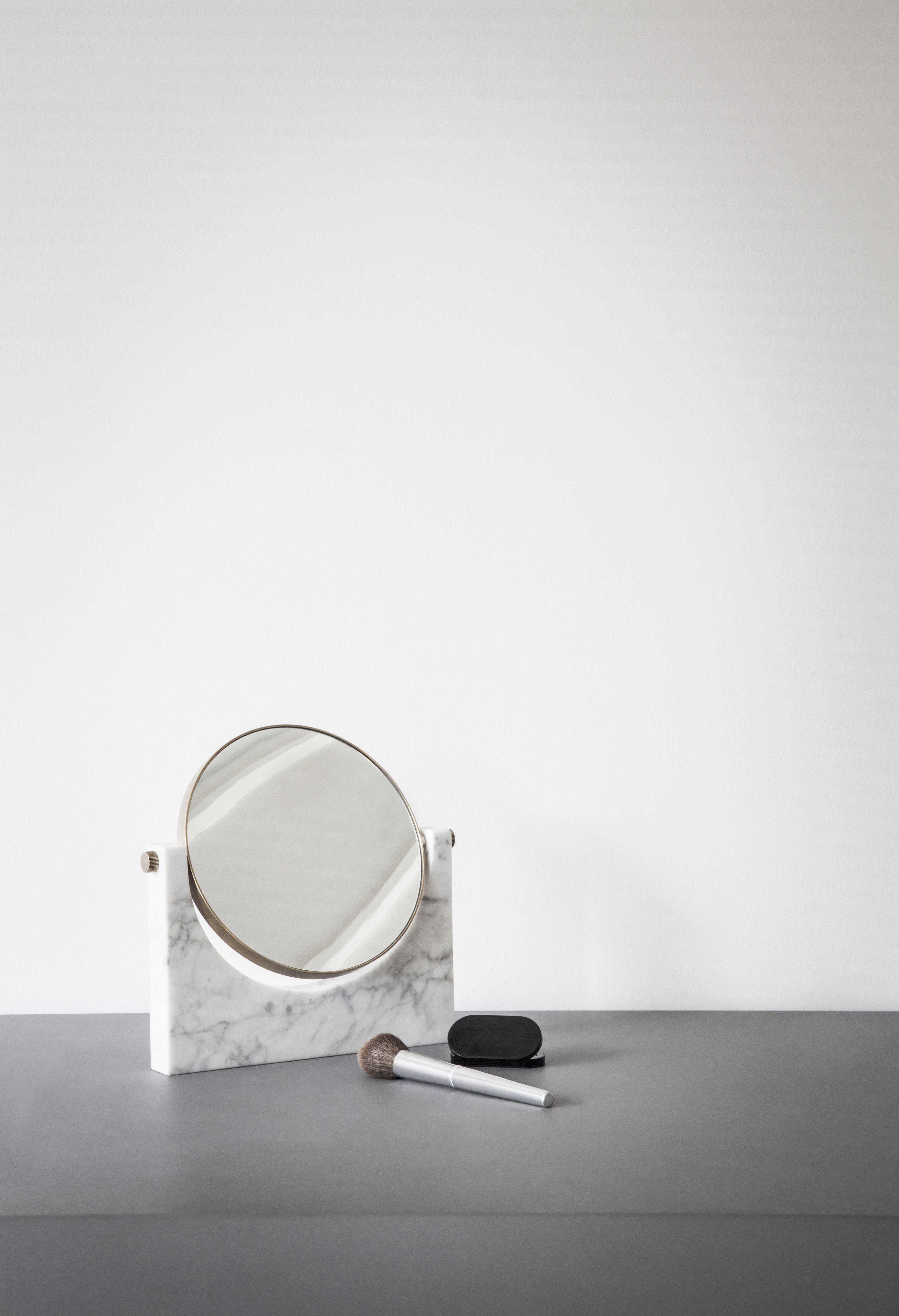 miroir pepe marble marbre laiton h 26 cm marbre blanc laiton menu. Black Bedroom Furniture Sets. Home Design Ideas