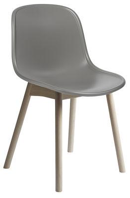 Chaise neu plastique pieds bois gris pieds bois hay for Chaise plastique bois