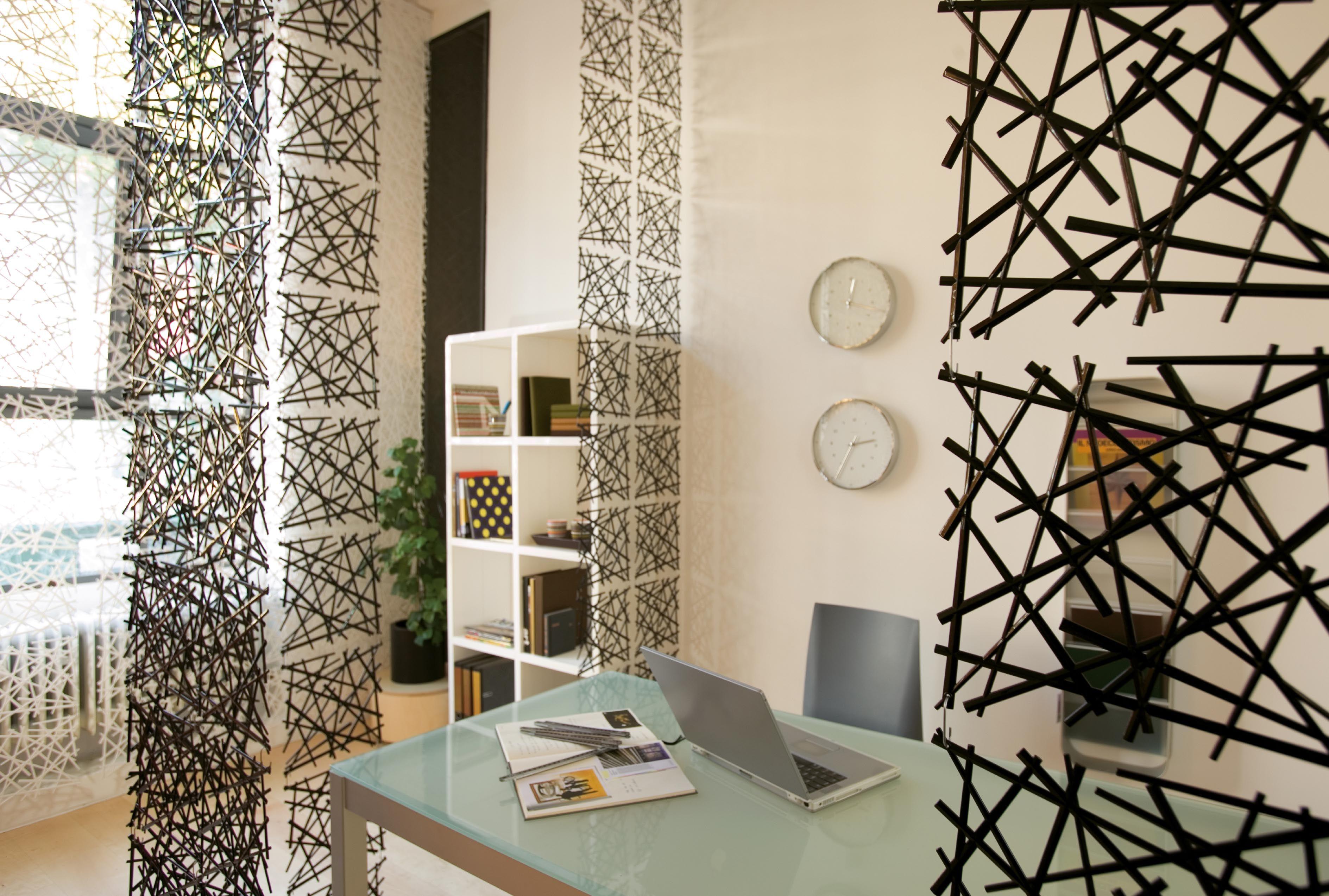 cloison stixx set de 4 crochets inclus rouge transparent koziol. Black Bedroom Furniture Sets. Home Design Ideas