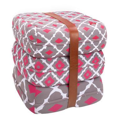 Pouf Baboesjka / 3 coussins de sol & sangle cuir - Fatboy Dimensions d´un coussin : 47 x 47 cm x H 17 cm - Dimensions des 3 coussins empilés : 47 x 47 x H 52 cm blanc,gris,framboise en tissu