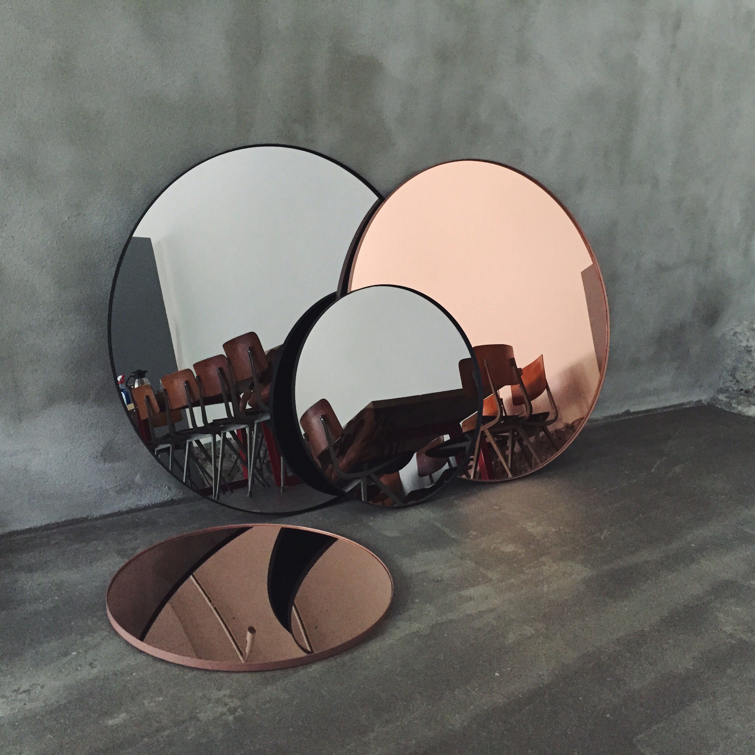 Quadro wall mirror 90 x 90 cm smoked grey by aytm for Miroir 90x90