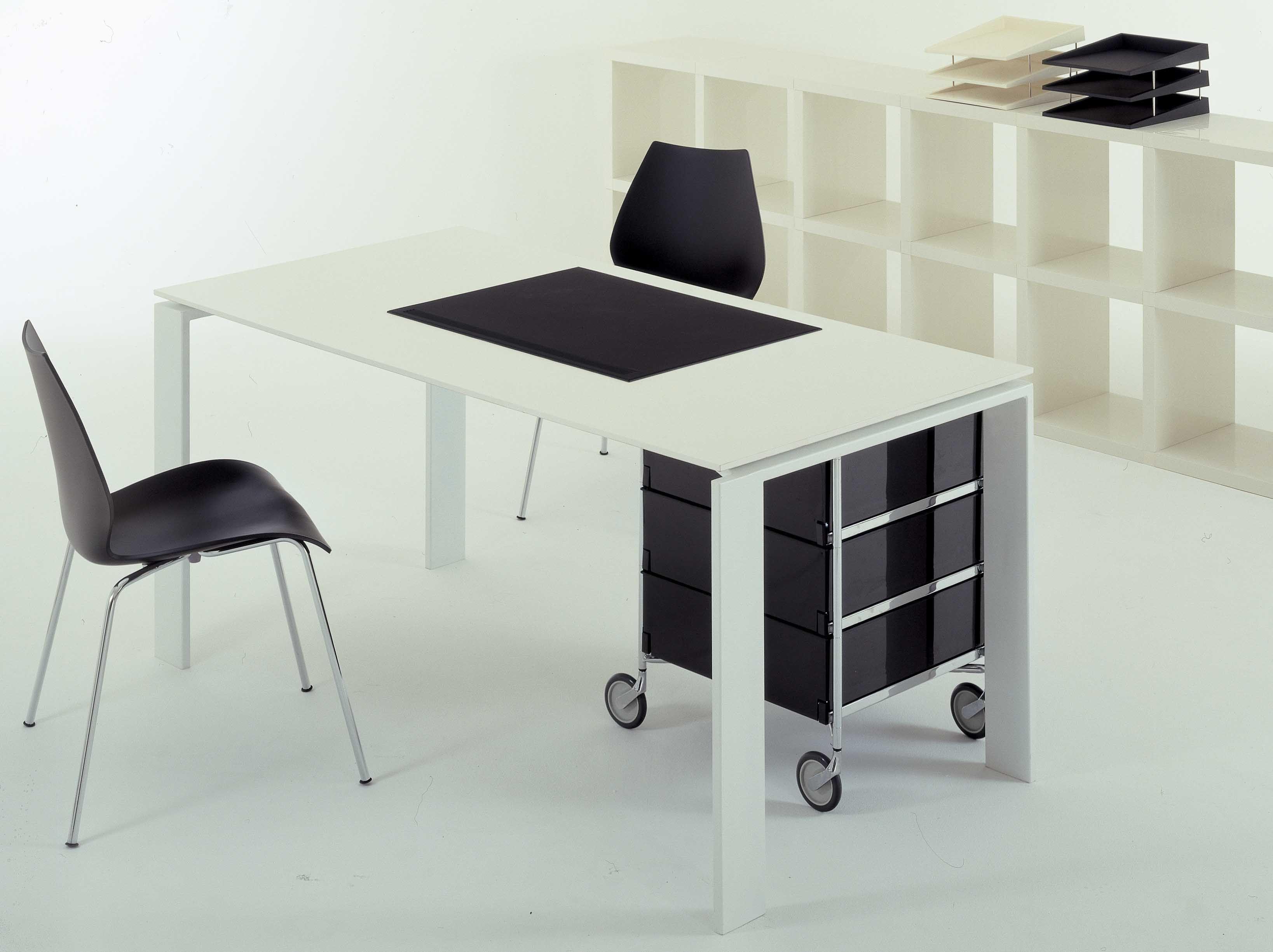 Chaise empilable maui plastique pieds m tal blanc zinc kartell for Chaise empilable plastique