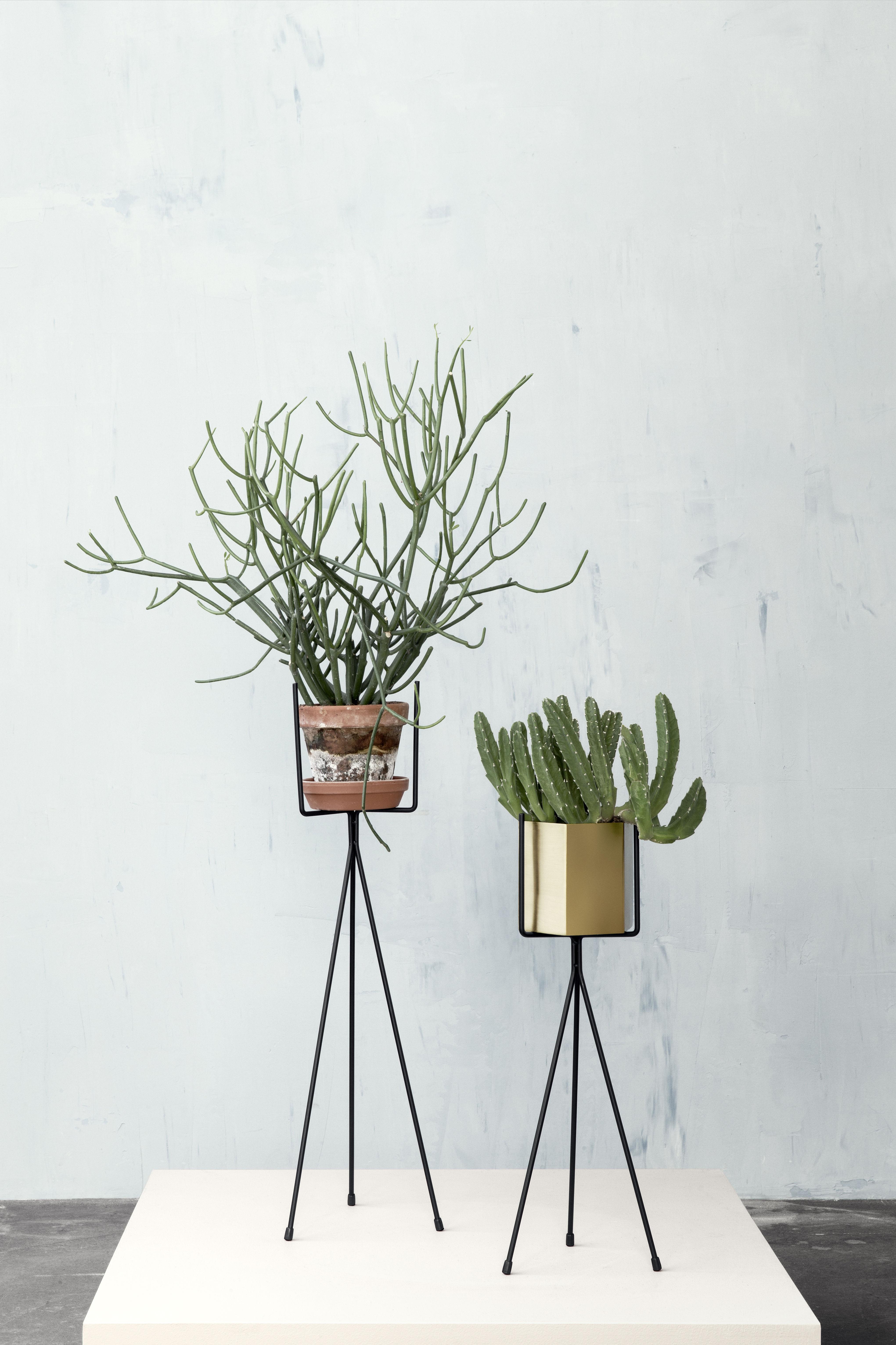 support pour pot de fleurs plant stand small h 50 cm noir ferm living. Black Bedroom Furniture Sets. Home Design Ideas