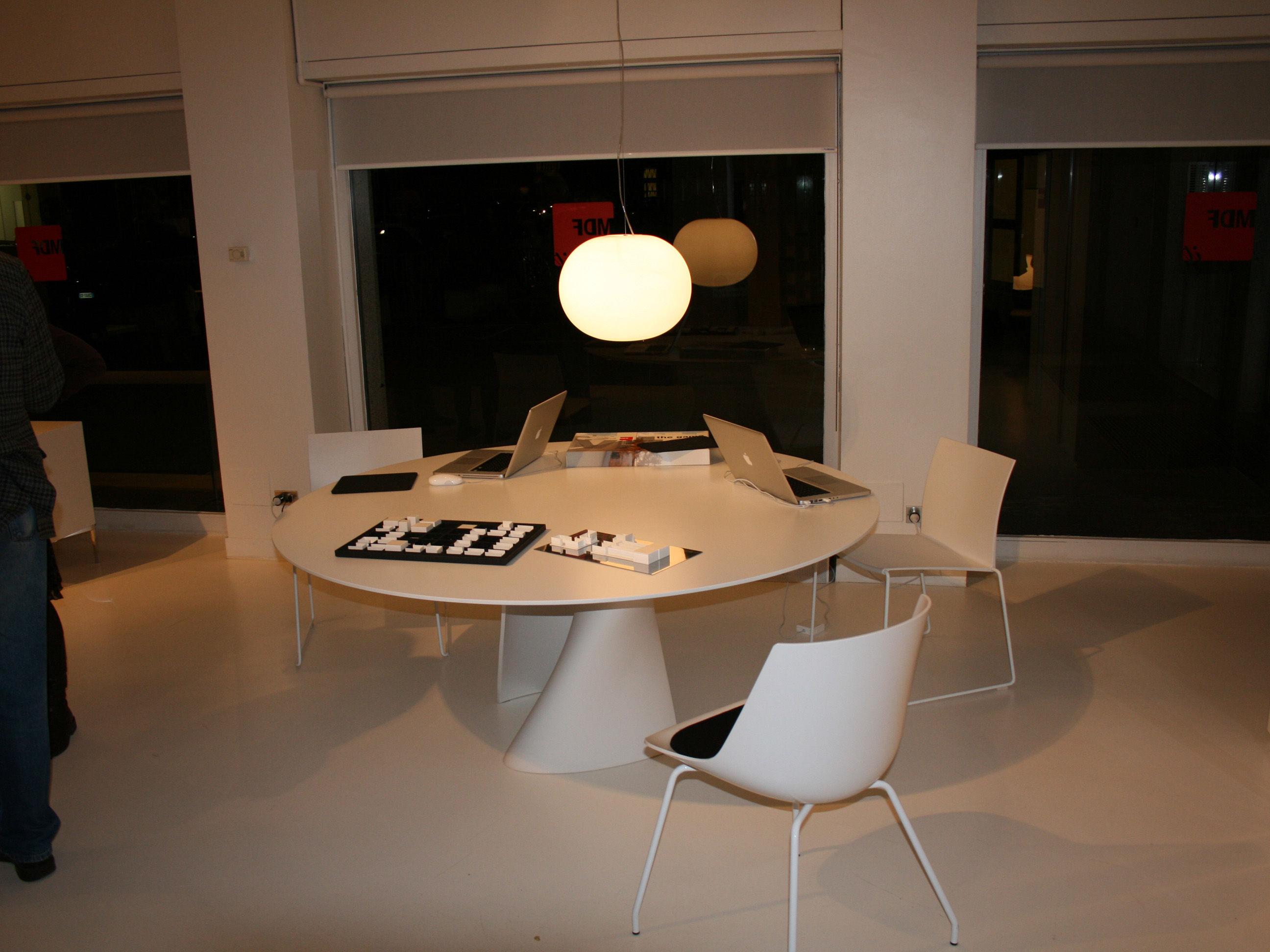 Chaise flow 4 pieds noir brillant pi tement noir mdf for Table de salle a manger et 4 chaises noir mdf