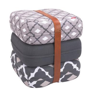 Pouf Baboesjka / 3 coussins de sol & sangle cuir - Fatboy Dimensions d´un coussin : 47 x 47 cm x H 17 cm - Dimensions des 3 coussins empilés : 47 x 47 x H 52 cm blanc,gris,taupe en tissu