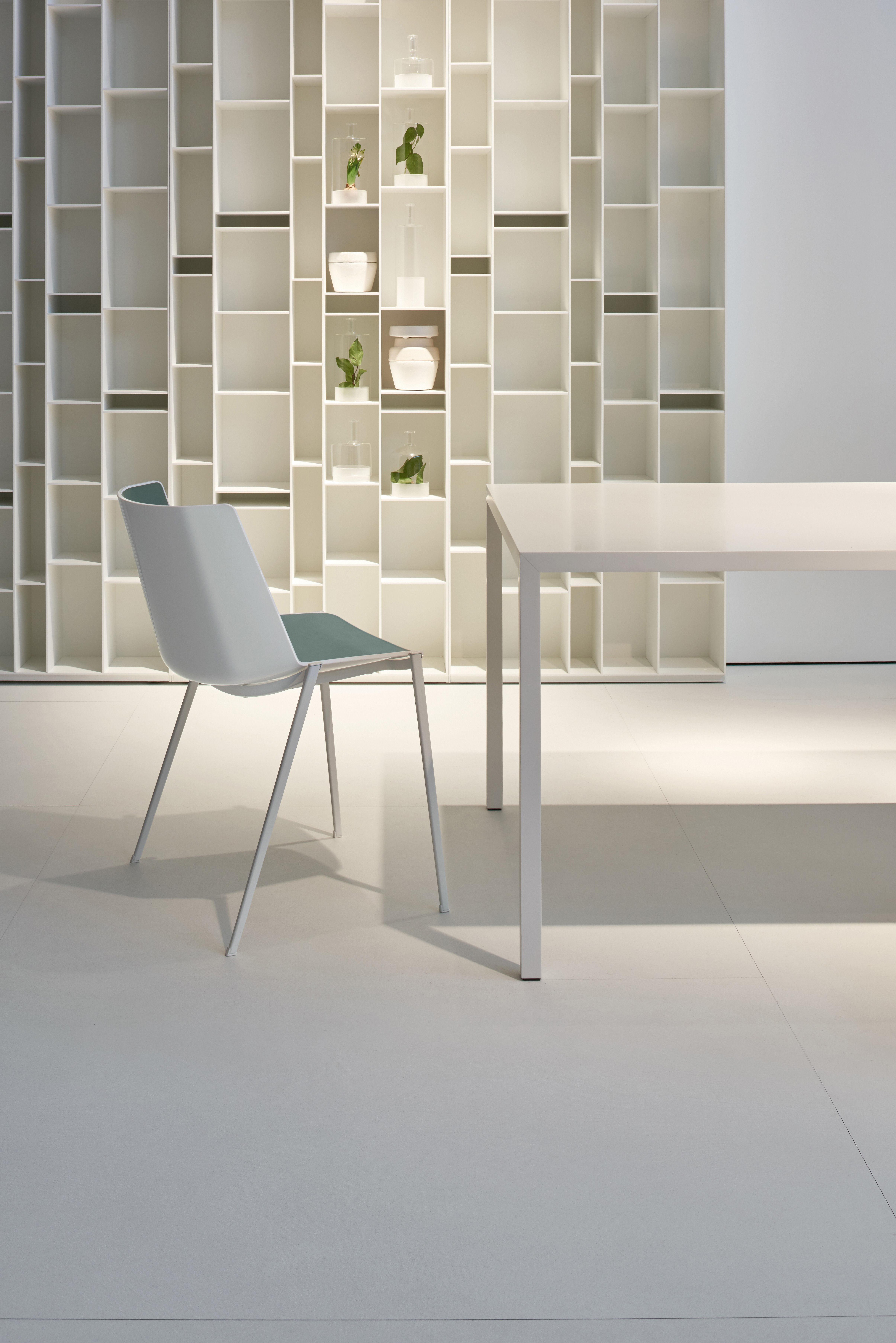 Scopri Sedia impilabile Aïku -/ Gambe metallo quadrate, Bianco & interno ...