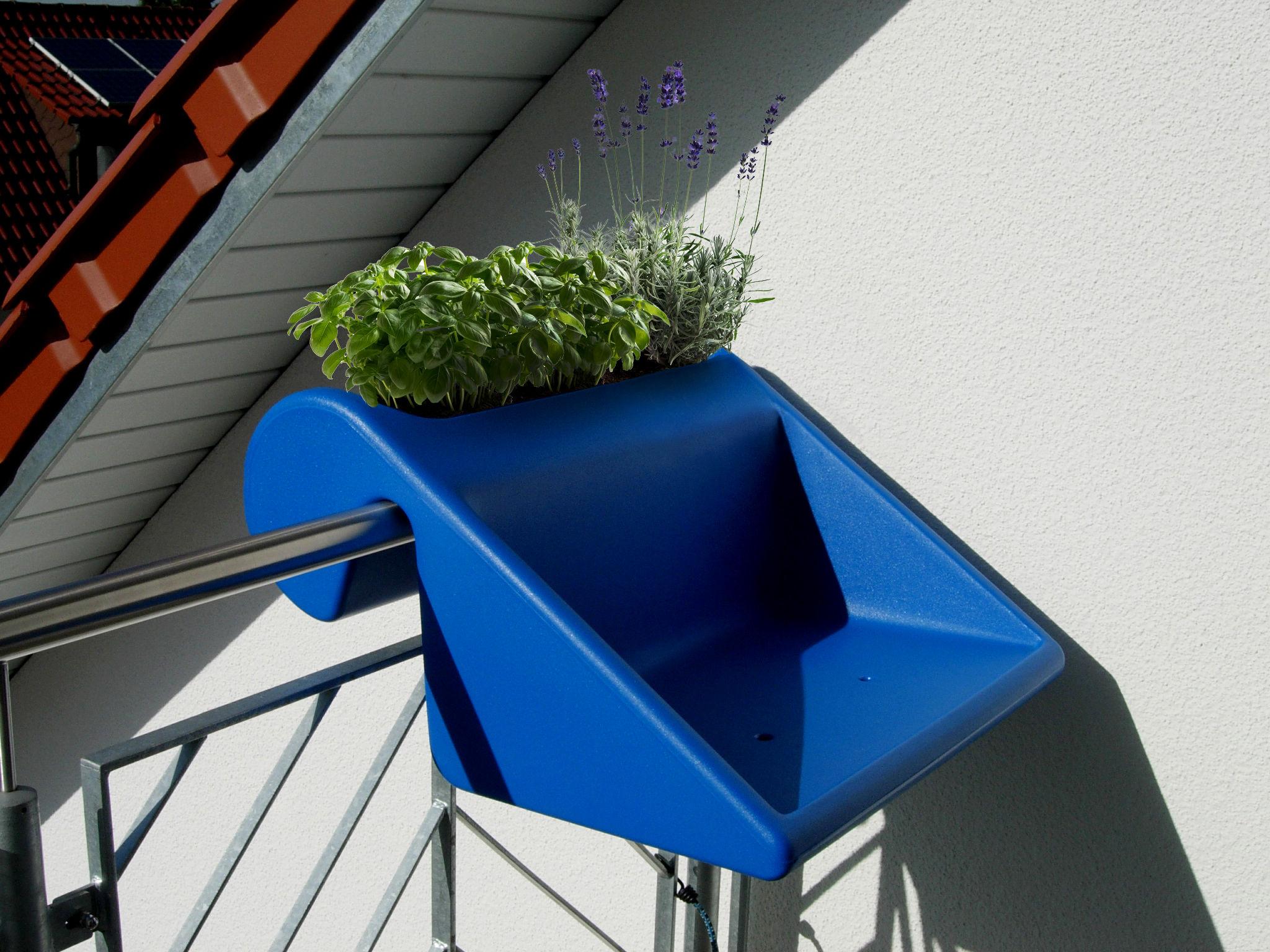 balkonzept beistelltisch zum aufh ngen f r den balkon mit integriertem blumenkasten blau. Black Bedroom Furniture Sets. Home Design Ideas