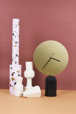 horloge poser nimbe bois m tal h 38 cm laiton noir enostudio. Black Bedroom Furniture Sets. Home Design Ideas
