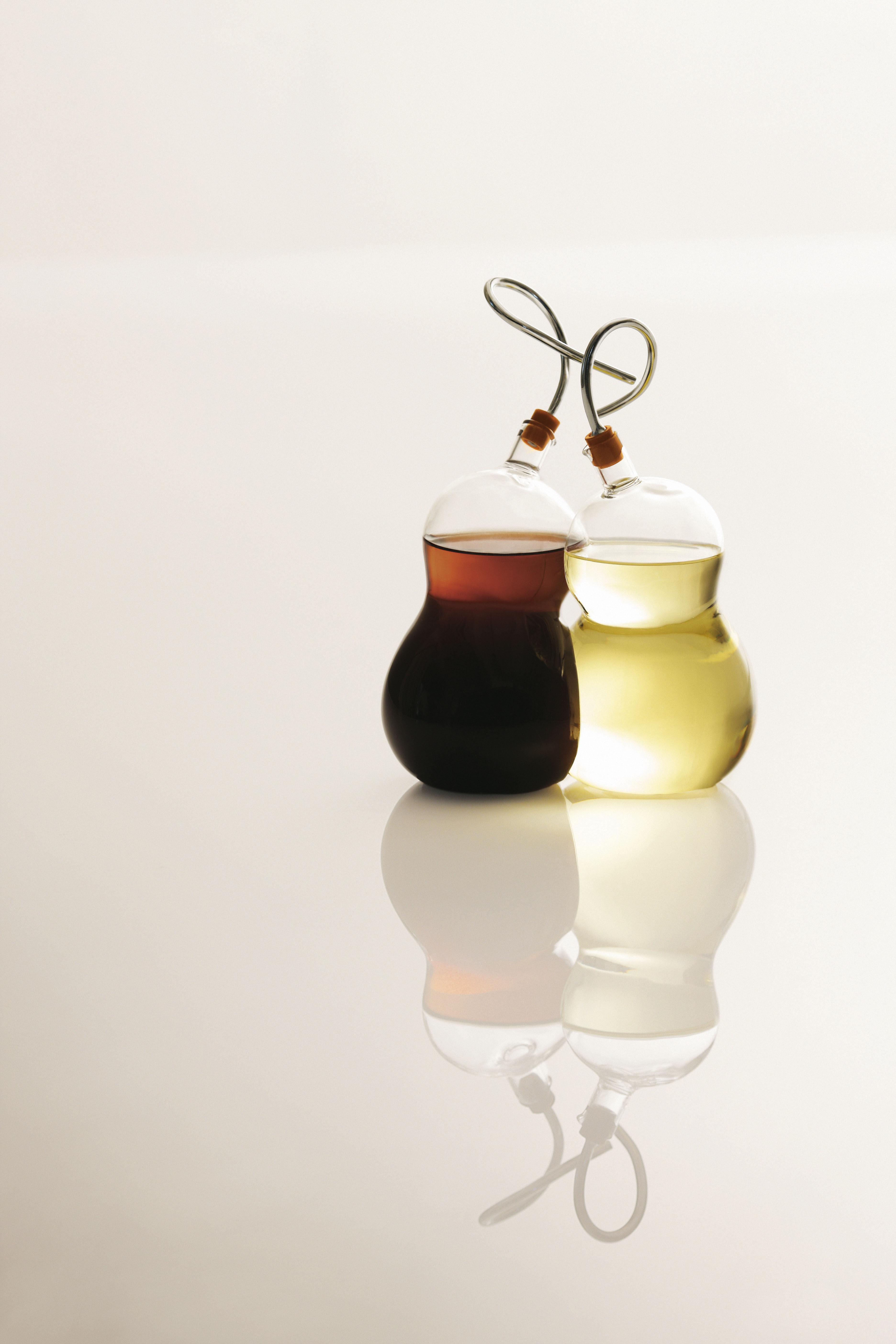 ensemble huilier et vinaigrier family belongings hulu. Black Bedroom Furniture Sets. Home Design Ideas