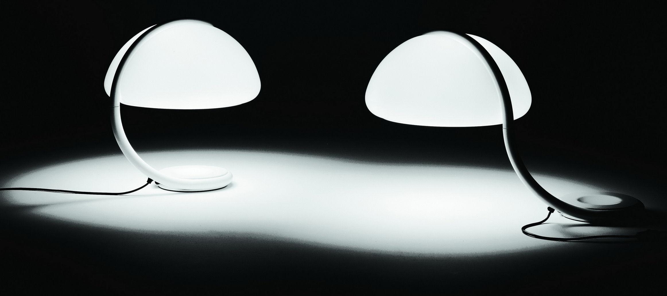Scopri lampada da tavolo serpente bianco di martinelli luce made in design italia for Luce da tavolo