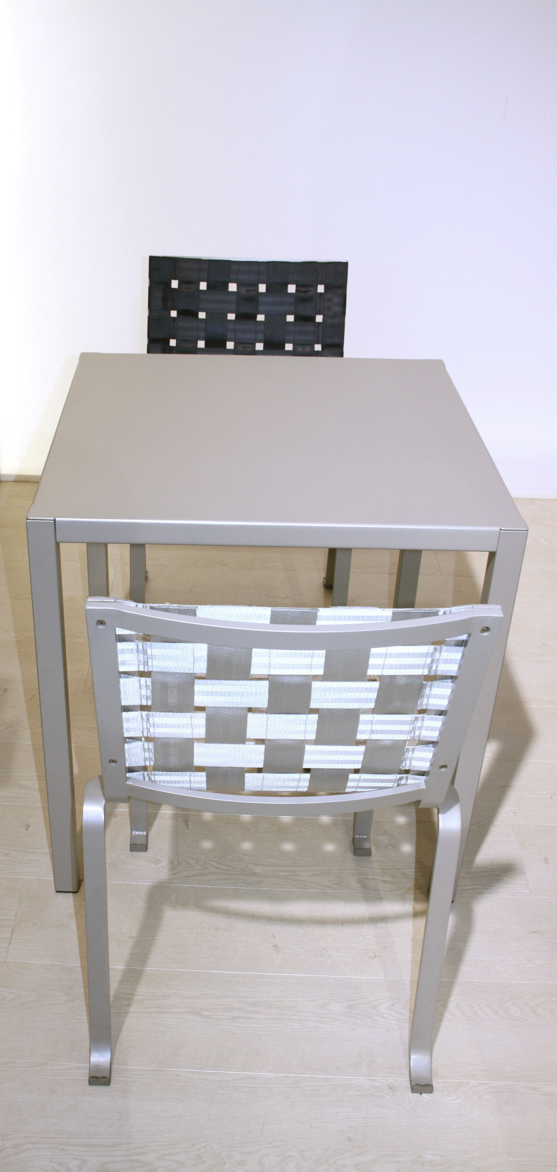 Table inside out by andr e olivia putman 70x70 cm gris for Table 70x70 design