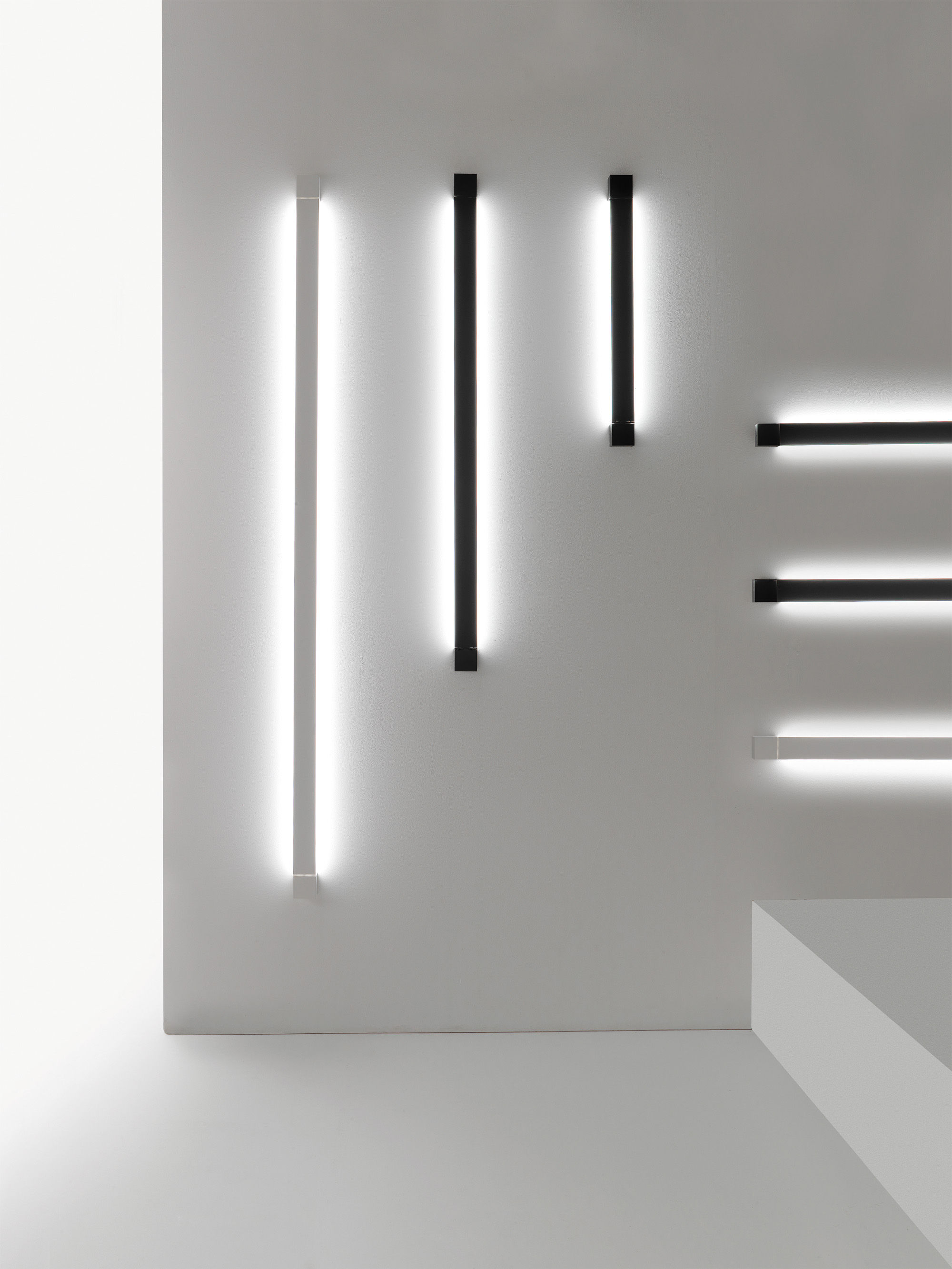 applique pivot led plafonnier l 112 cm blanc fabbian. Black Bedroom Furniture Sets. Home Design Ideas