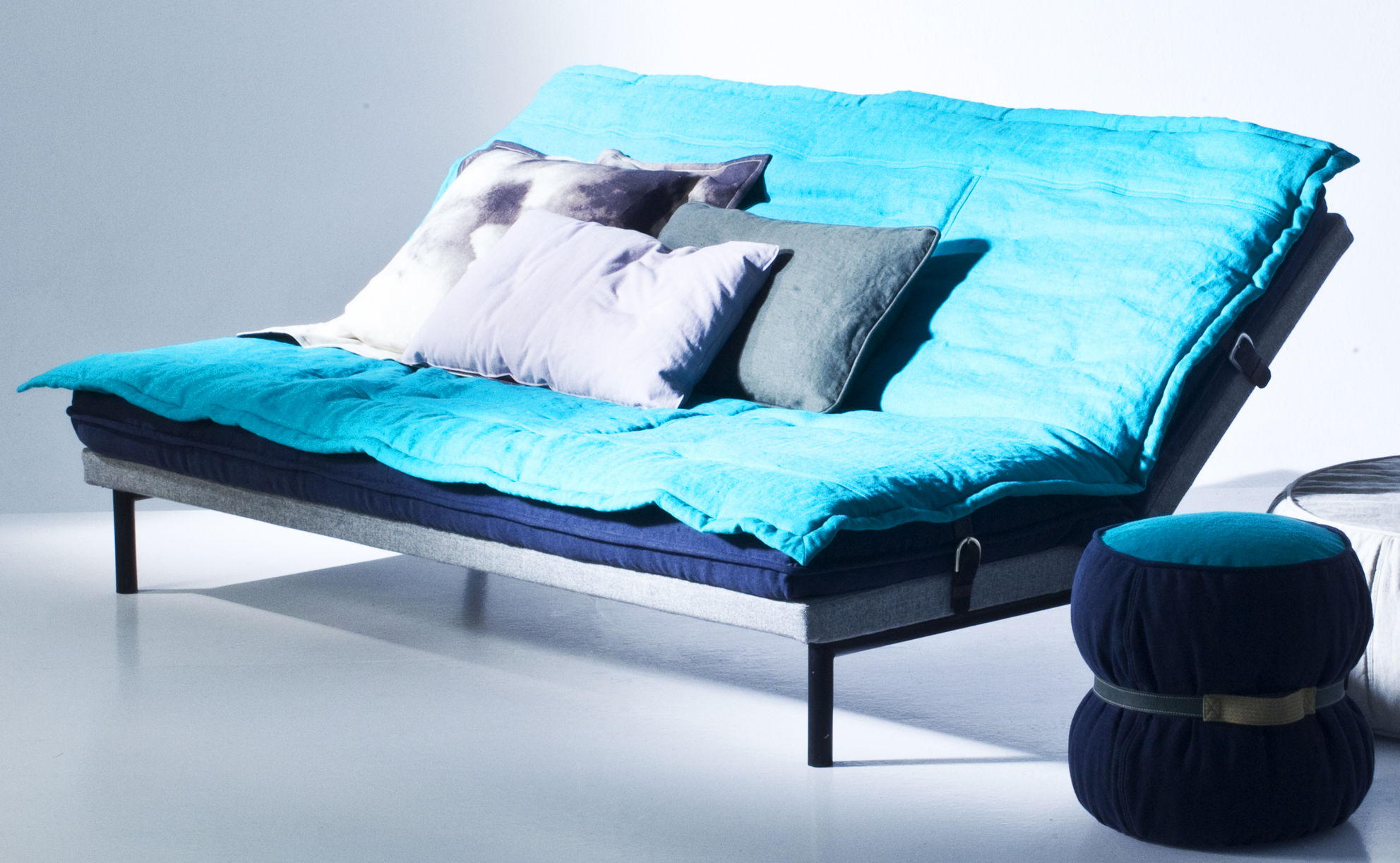 canap convertible chubby chic l 200 cm couette turquoise sommier gris pieds laqu s noirs. Black Bedroom Furniture Sets. Home Design Ideas