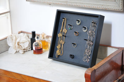 porte bijoux support cl s poser ou fixer au mur noir l 39 atelier d 39 exercices made in design. Black Bedroom Furniture Sets. Home Design Ideas
