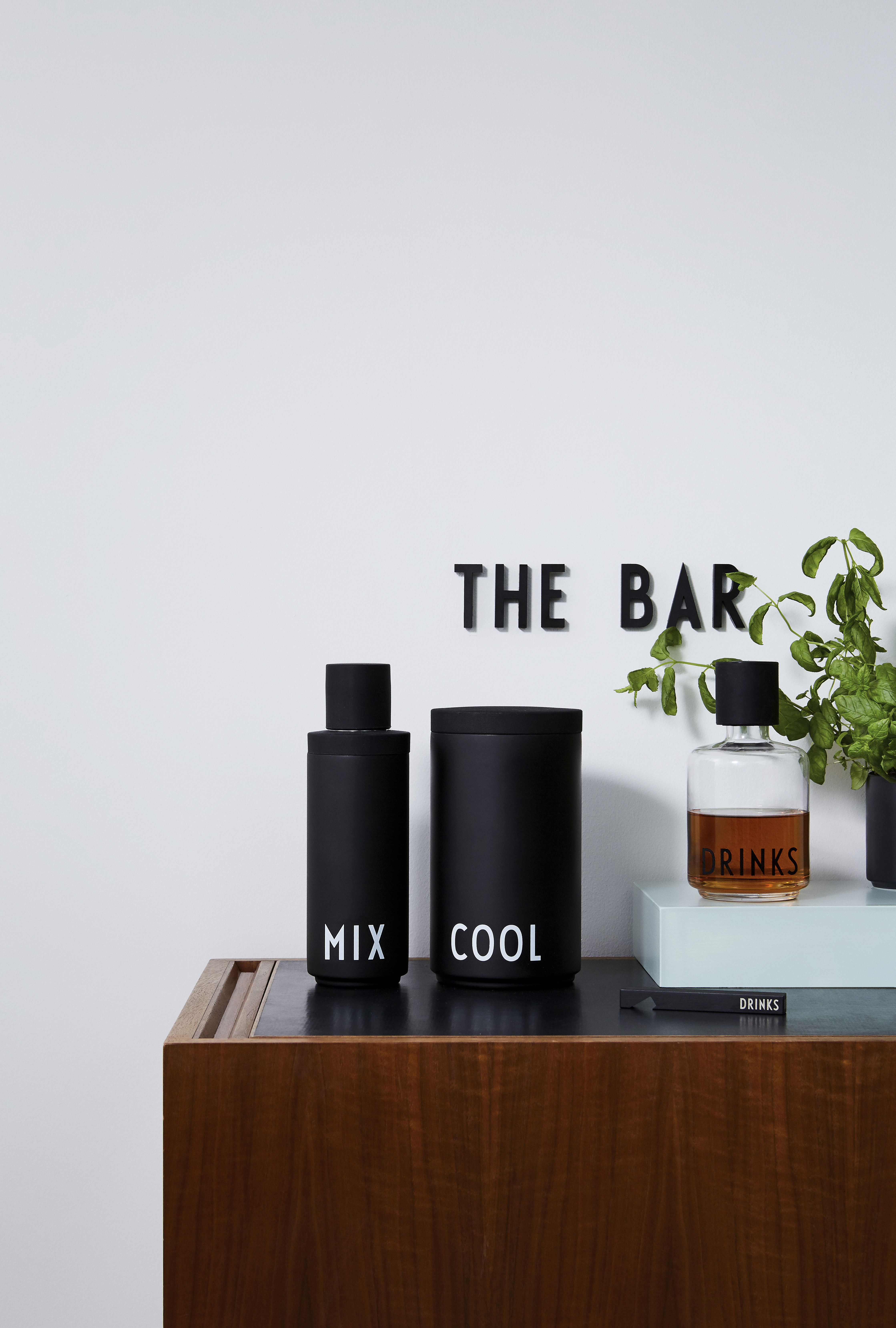 arne jacobsen shaker f r cocktails 0 5 l schwarz aufschrift wei by design letters. Black Bedroom Furniture Sets. Home Design Ideas