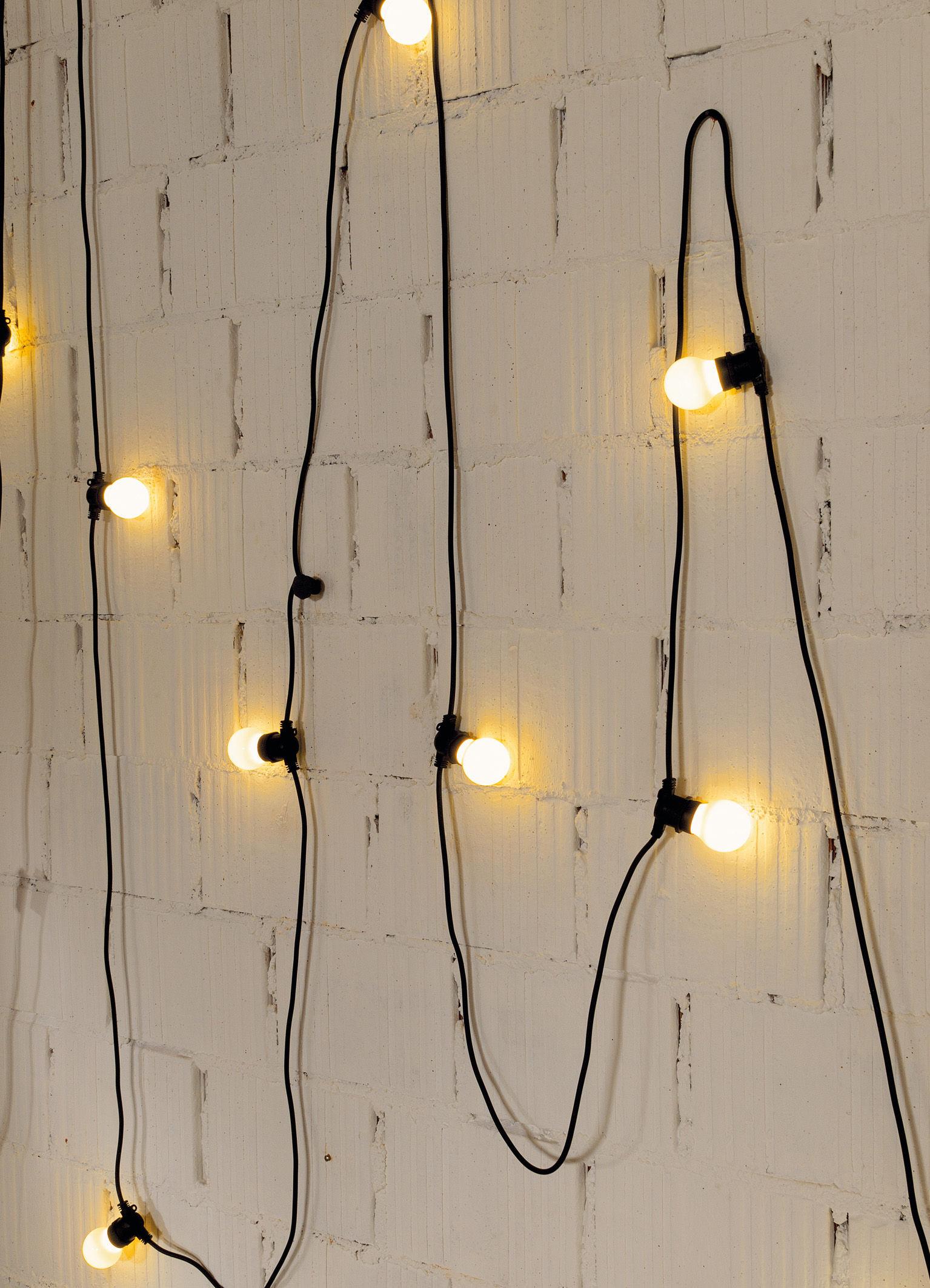 guirlande lumineuse bella vista led pour l 39 ext rieur c ble noir ampoules blanches seletti. Black Bedroom Furniture Sets. Home Design Ideas