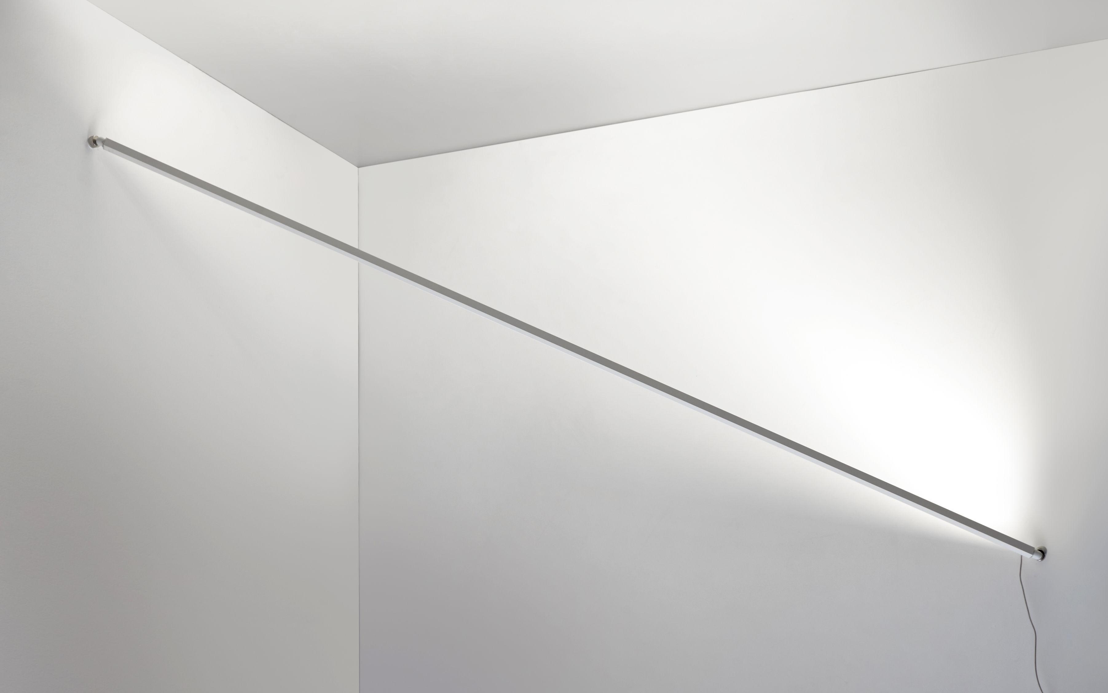 scopri applique flashit led l 150 cm bianco di artemide made in design italia. Black Bedroom Furniture Sets. Home Design Ideas