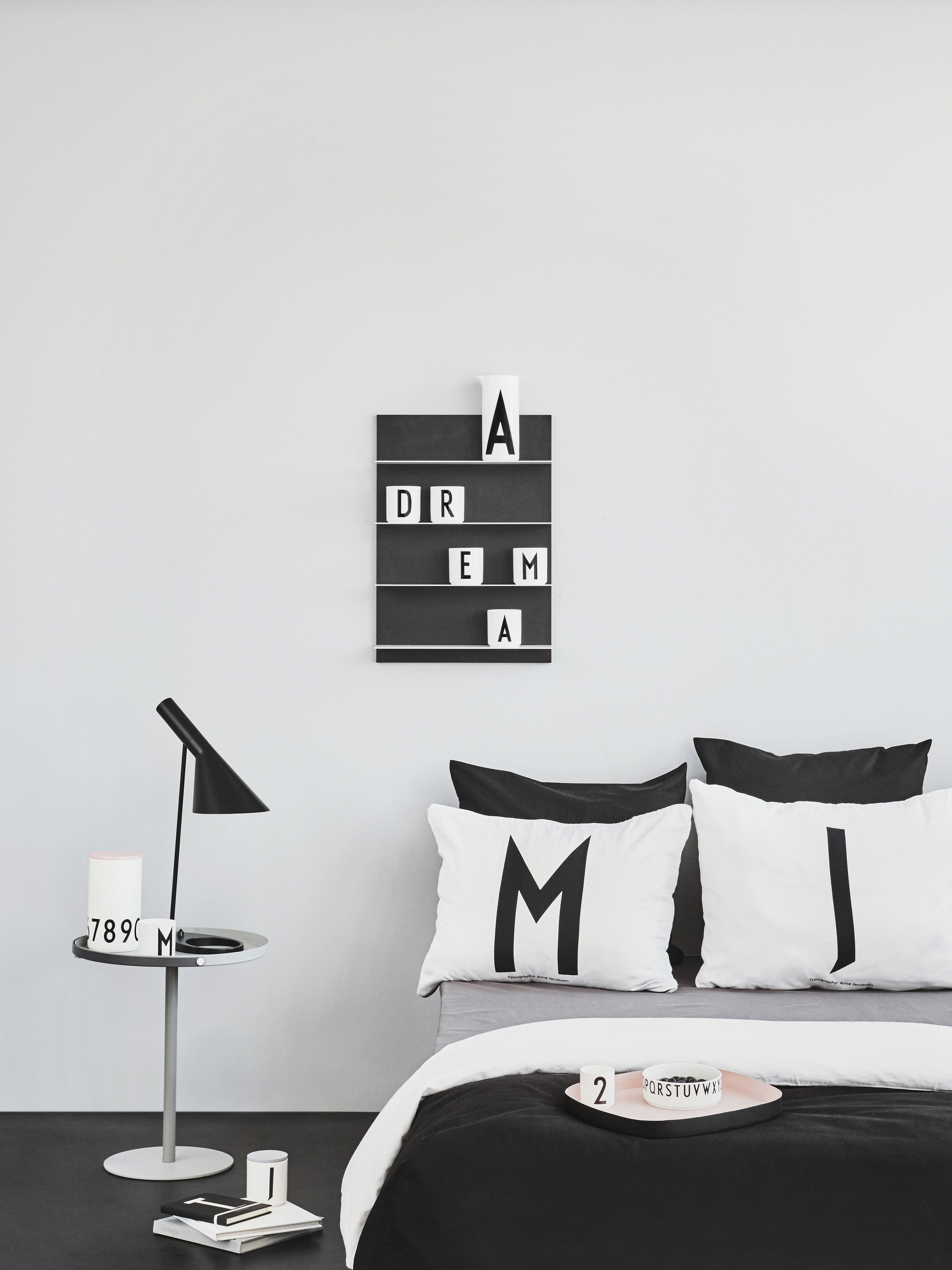 mug arne jacobsen porcelaine lettre m blanc lettre m design letters. Black Bedroom Furniture Sets. Home Design Ideas
