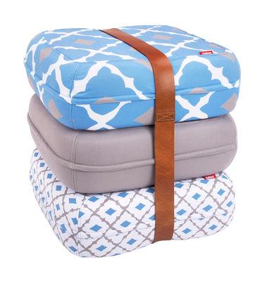 Pouf Baboesjka / 3 coussins de sol & sangle cuir - Fatboy Dimensions d´un coussin : 47 x 47 cm x H 17 cm - Dimensions des 3 coussins empilés : 47 x 47 x H 52 cm blanc,bleu,gris en tissu