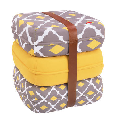 Pouf Baboesjka / 3 coussins de sol & sangle cuir - Fatboy Dimensions d´un coussin : 47 x 47 cm x H 17 cm - Dimensions des 3 coussins empilés : 47 x 47 x H 52 cm blanc,jaune,gris en tissu