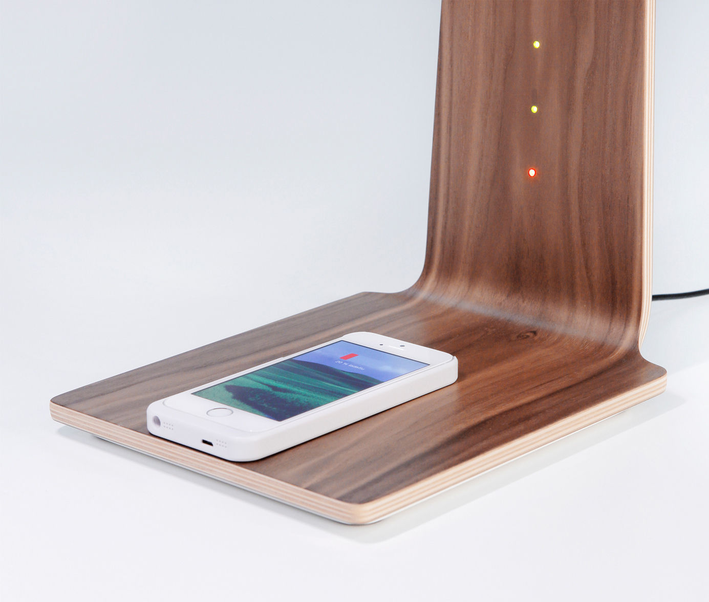 led8 lampe ohne kabel kabellose smartphone ladestation nussbaum by tunto made in design. Black Bedroom Furniture Sets. Home Design Ideas