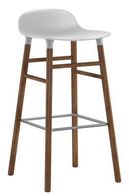 Mobilier - Tabourets de bar - Tabouret de bar Form / H 75 cm - Pied noyer - Normann Copenhagen - Blanc / noyer - Noyer, Polypropylène