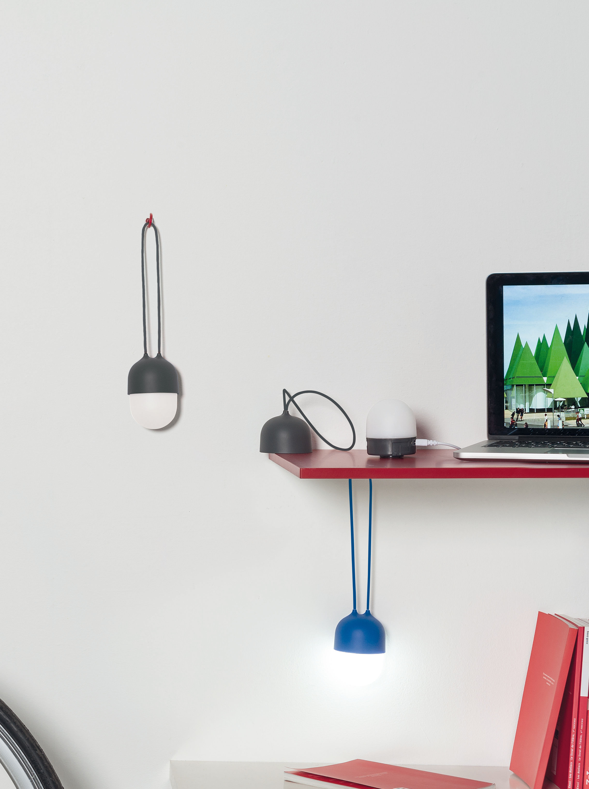 clover lampe ohne kabel tragbare led lampe blau by lexon made in design. Black Bedroom Furniture Sets. Home Design Ideas