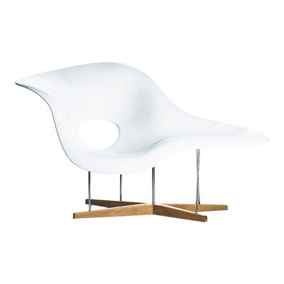Furniture - Armchairs - La Chaise Armchair - / By Charles & Ray Eames, 1948 by Vitra - White / Natural oak - Chromed steel, Lacquered polyurethane, Solid oak