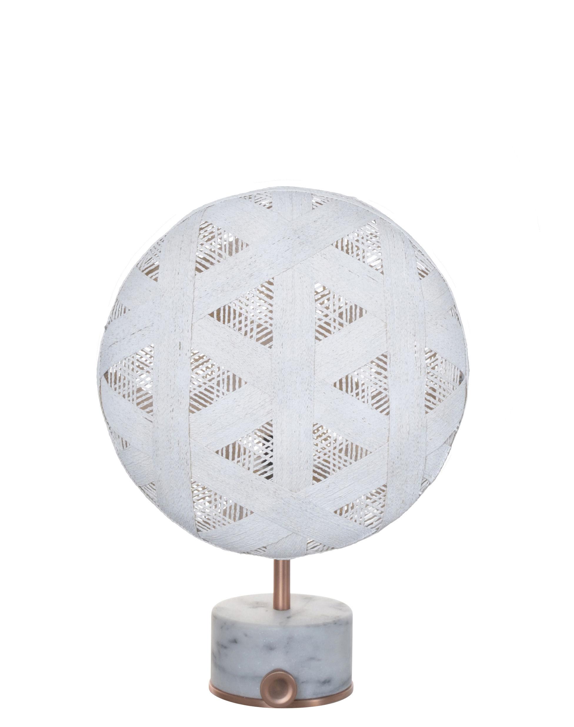 Luminaire - Lampes de table - Lampe de table Chanpen Hexagon / Ø 26 cm - Motifs triangles - Forestier - Blanc / Cuivre - Abaca tissé, Marbre, Métal