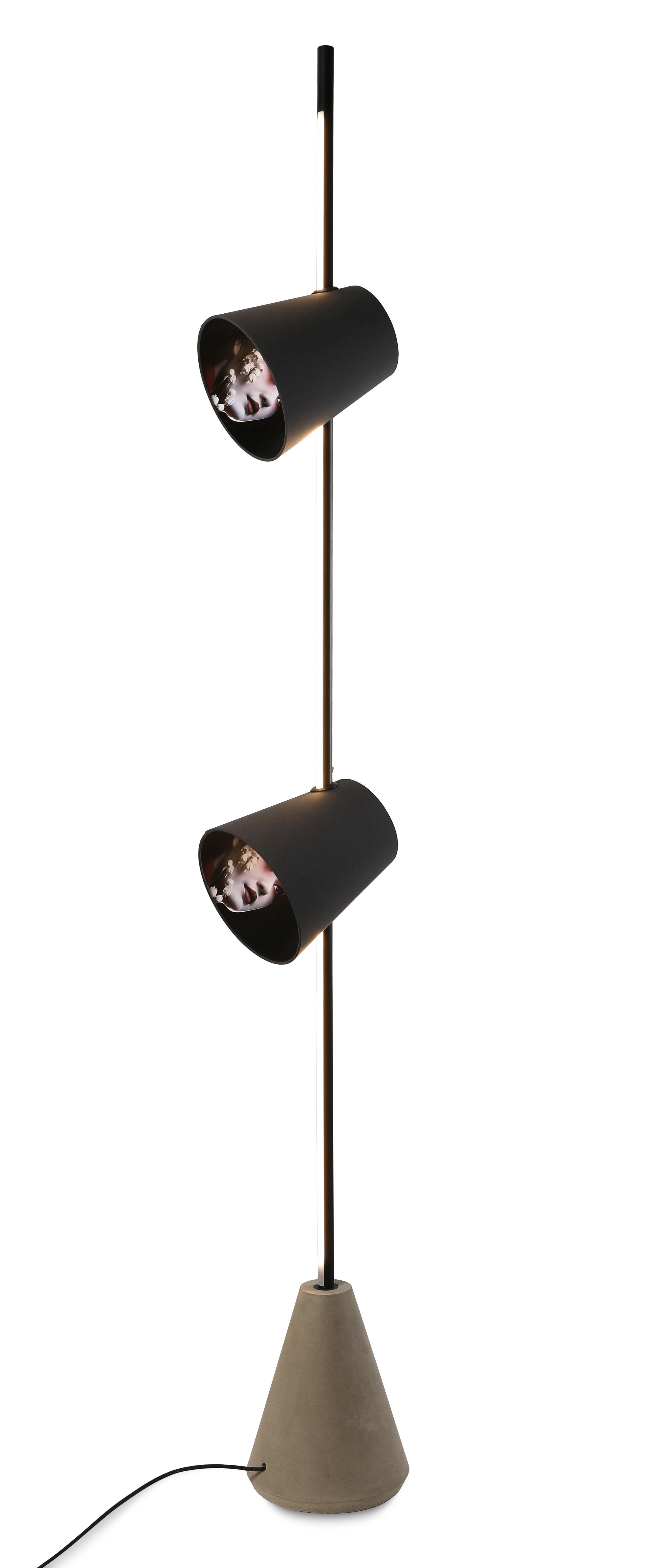 Illuminazione - Lampade da terra - Lampada a stelo Cupido LED - / 2 paralumi - Base cemento - H 220 cm di Karman - Nero / Motivo donna asiatica - Alluminio laccato, Calcestruzzo, Cotone