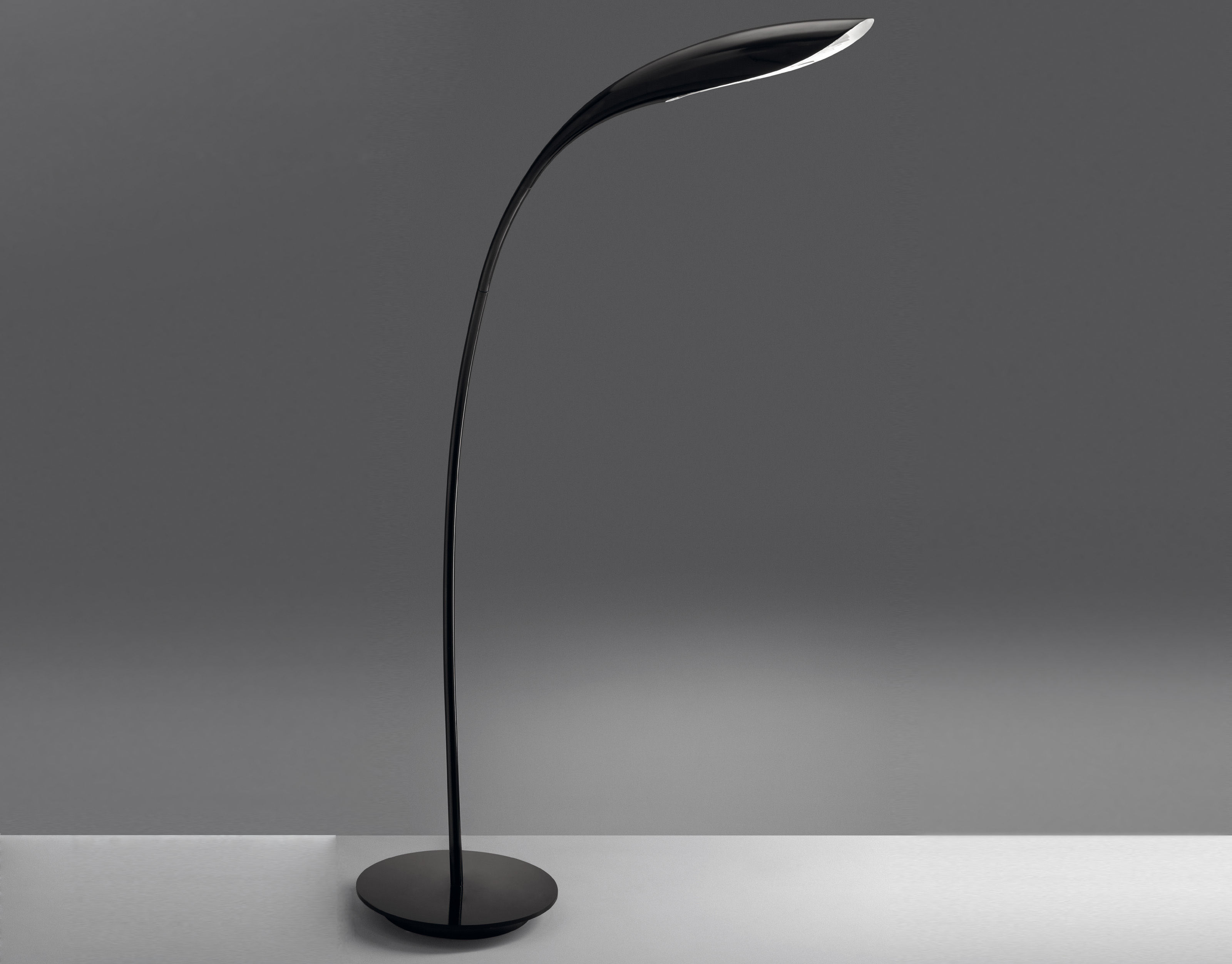 Doride lampada a stelo nero lucido by artemide made in design