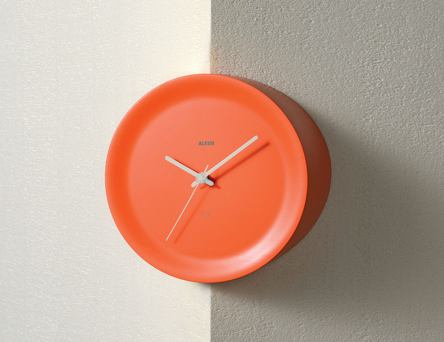 Interni - Orologi  - Orologio a parete Ora Out su spigolo a parete / Ø 21 x H 15 cm - Alessi - Orange / Lancette grigie - Resina termoplastica