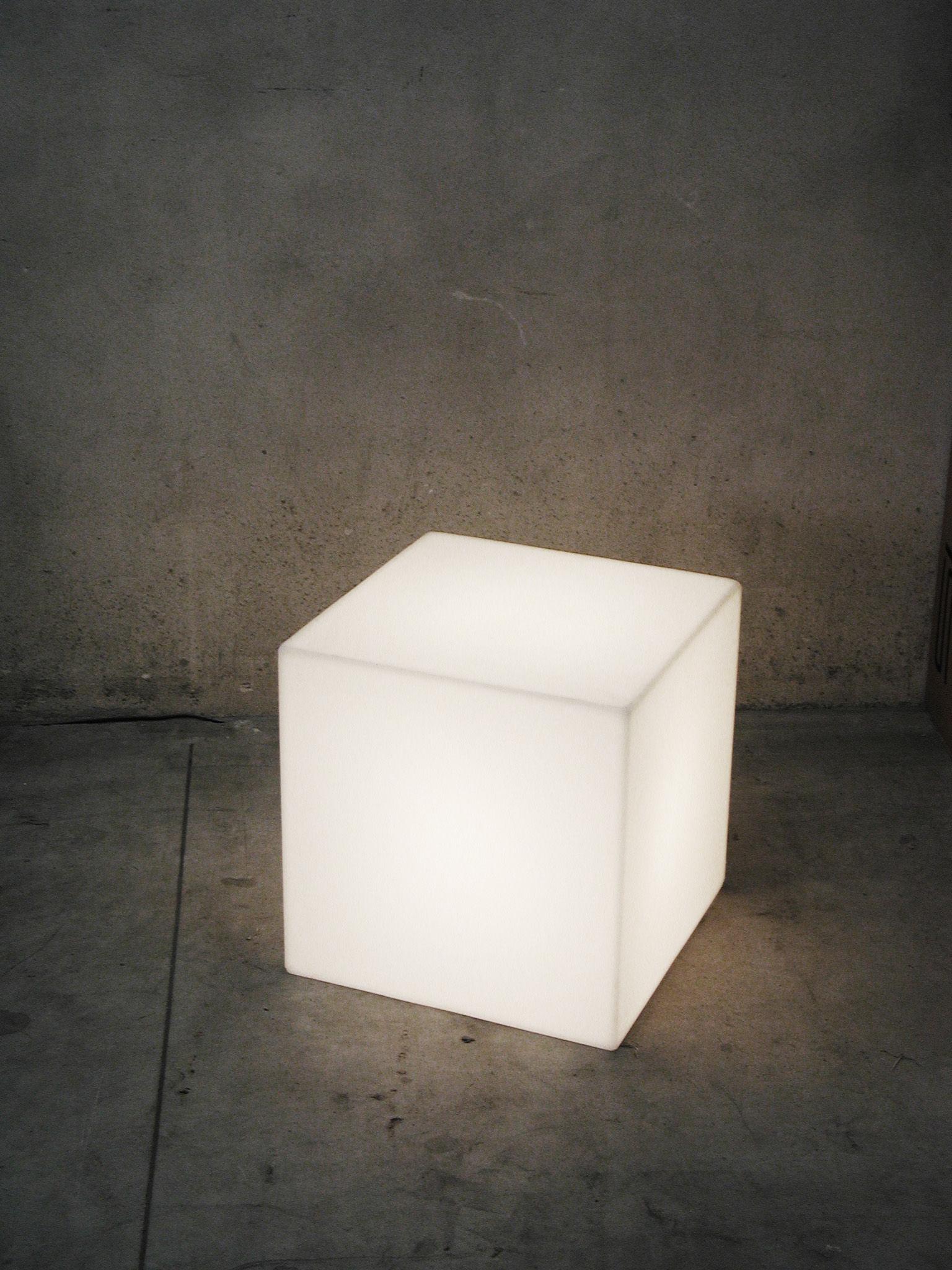 Tavolo Cubo Da Giardino.Scopri Lampada Da Tavolo Cubo Outdoor Led Sanza Fili 25 X 25 X 25