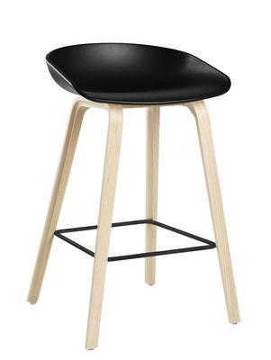 Mobilier - Tabourets de bar - Tabouret de bar About a stool AAS 32 / H 65 cm - Plastique & pieds bois - Hay - Noir / Pieds bois naturel / Repose-pieds noir - Chêne, Polypropylène