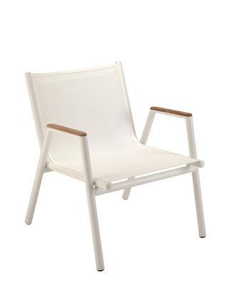 Möbel - Lounge Sessel - Pilotis Lounge Sessel / stapelbar - Textilbezug - Vlaemynck - Weiß / Armlehnen Teak - Batyline® Bespannung, Geöltes Teakholz, lackiertes Aluminium