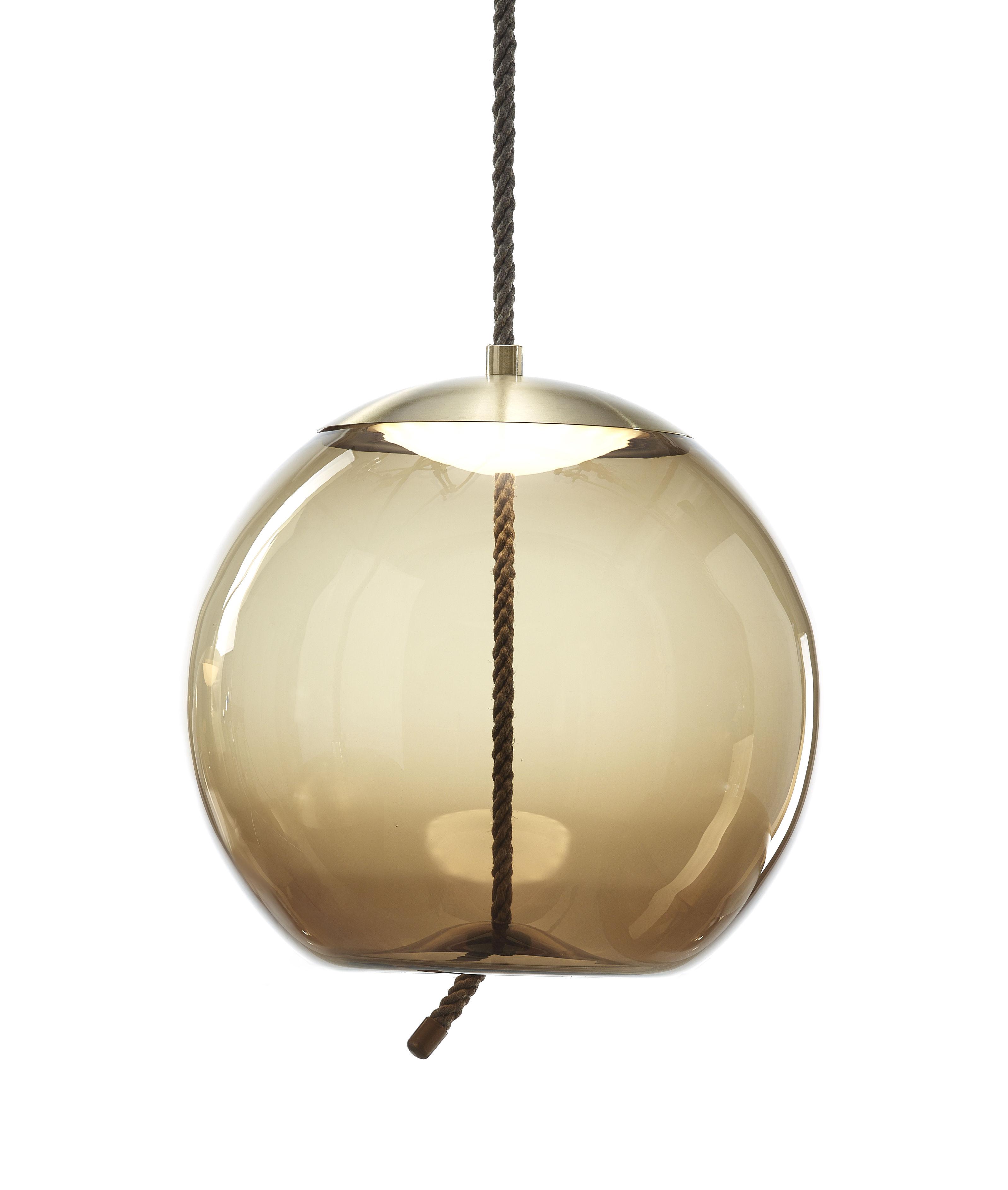 Illuminazione - Lampadari - Sospensione Knot sfera - / Vetro & corda - Ø 50 cm di Brokis - Marrone / Calotta ottone - Corda naturale, Ottone, vetro soffiato