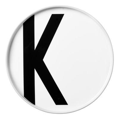 Assiette Arne Jacobsen / Porcelaine - Lettre K - Ø 20 cm - Design Letters blanc en céramique