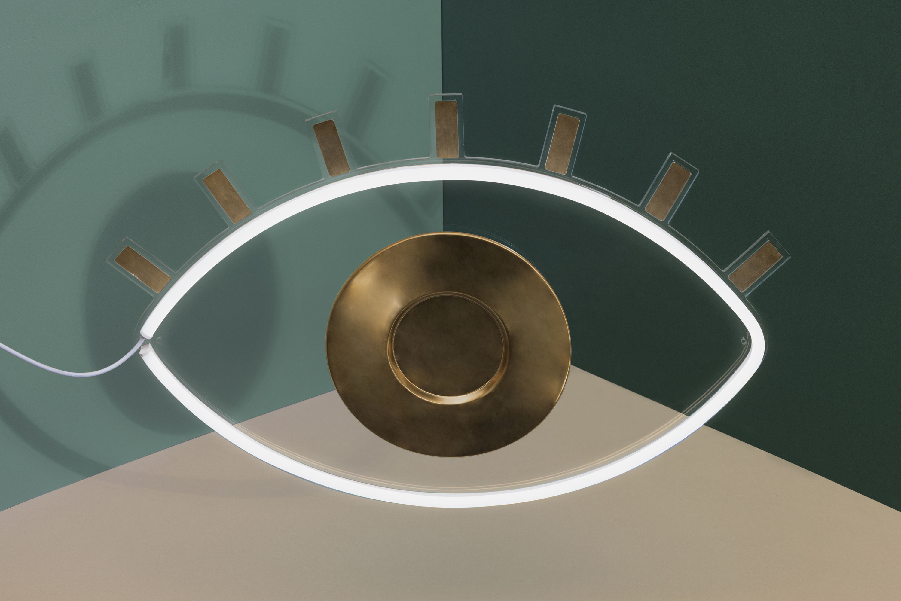 applique avec prise oculus doiy blanc laiton l 60 x h 40 made in design. Black Bedroom Furniture Sets. Home Design Ideas