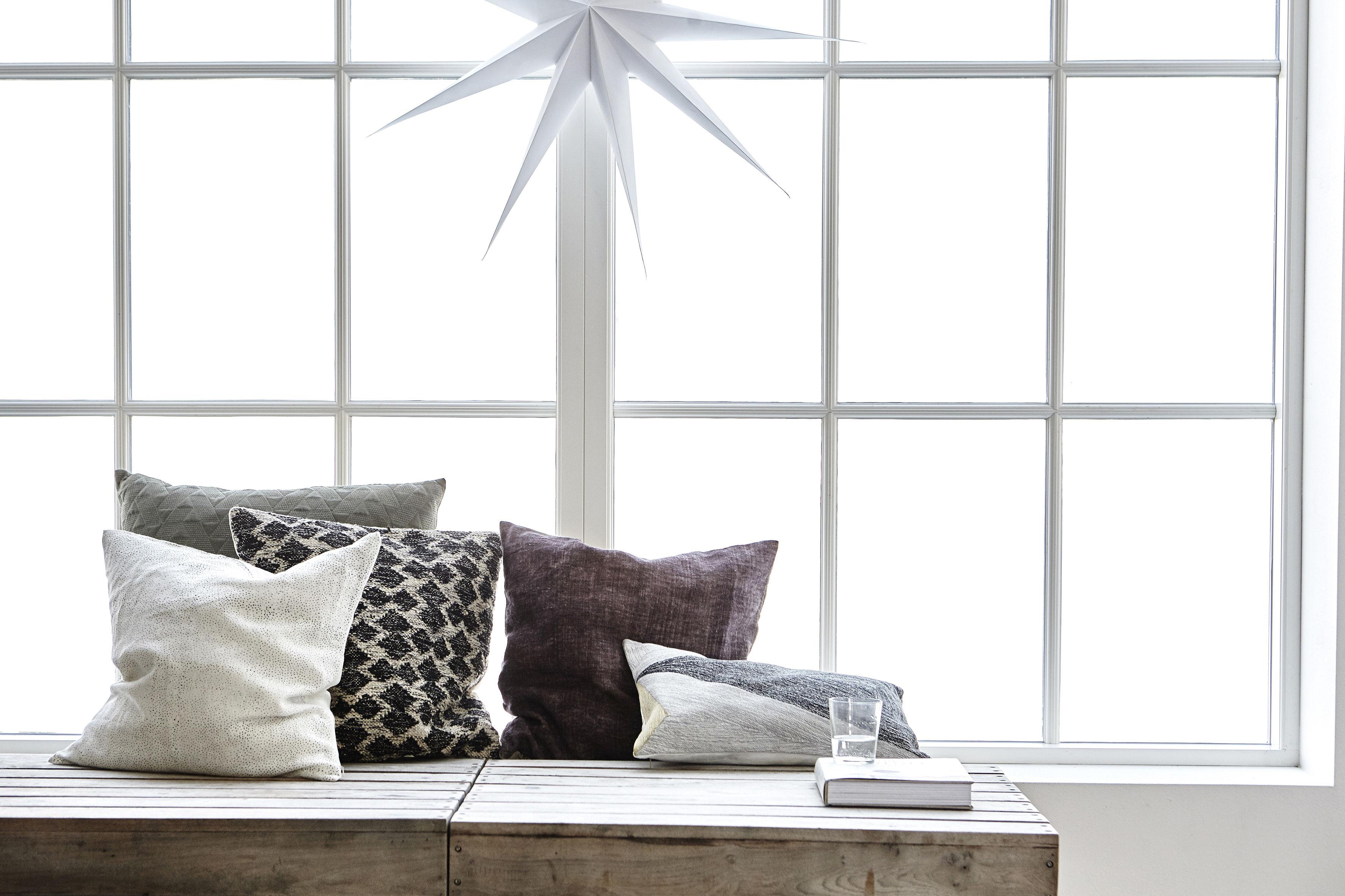 kissen arrow von house doctor grau schwarz beige made in design. Black Bedroom Furniture Sets. Home Design Ideas
