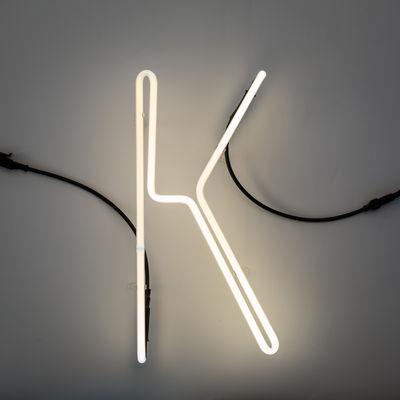 Applique avec prise Néon Alphafont / Lettre K - Seletti blanc,noir en verre