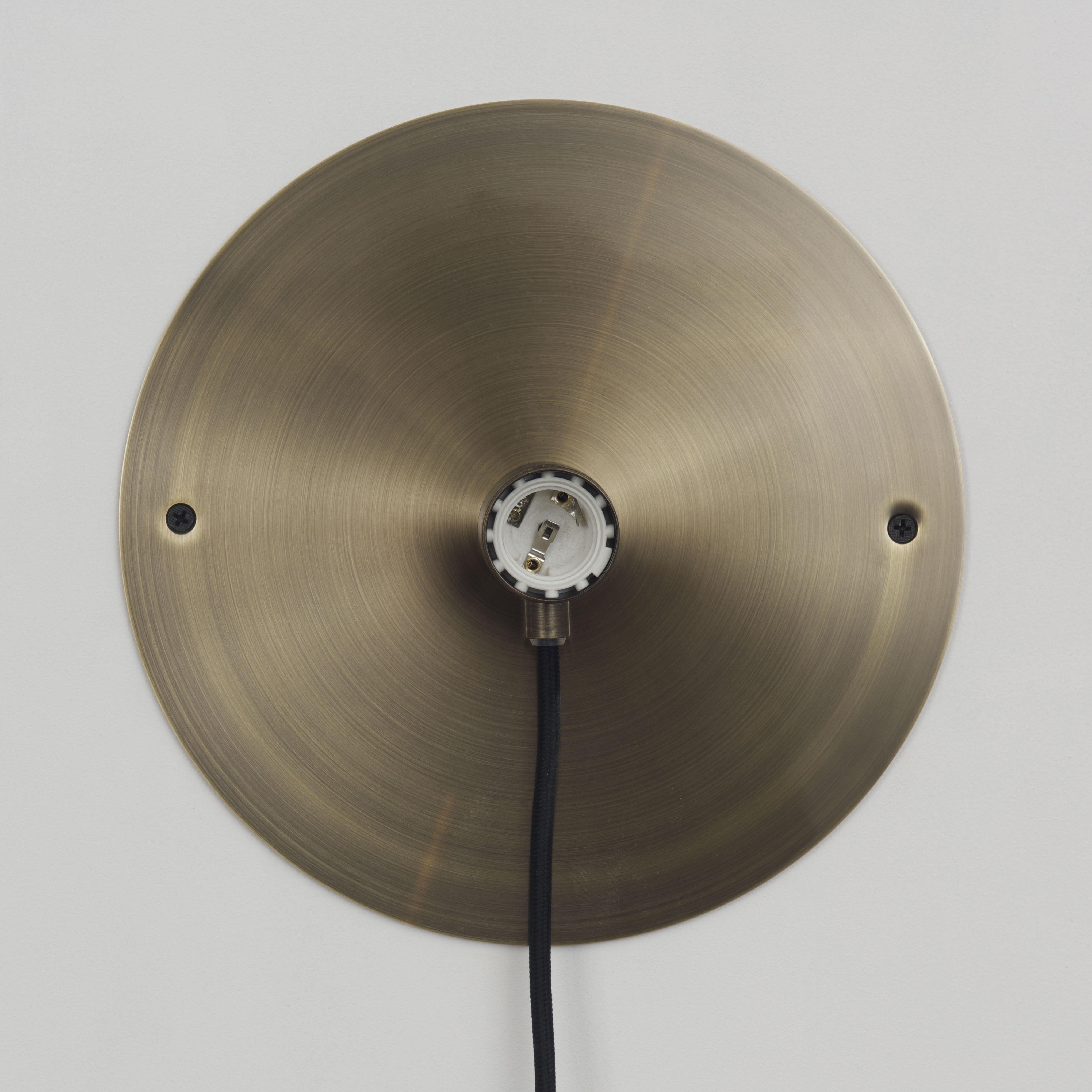 applique avec prise frama kit frama bronze l 200 x 25 made in design. Black Bedroom Furniture Sets. Home Design Ideas