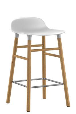 Arredamento - Sgabelli da bar  - Sgabello bar Form - / H 65 cm - Gambe in rovere di Normann Copenhagen - Bianco / rovere - Polipropilene, Rovere