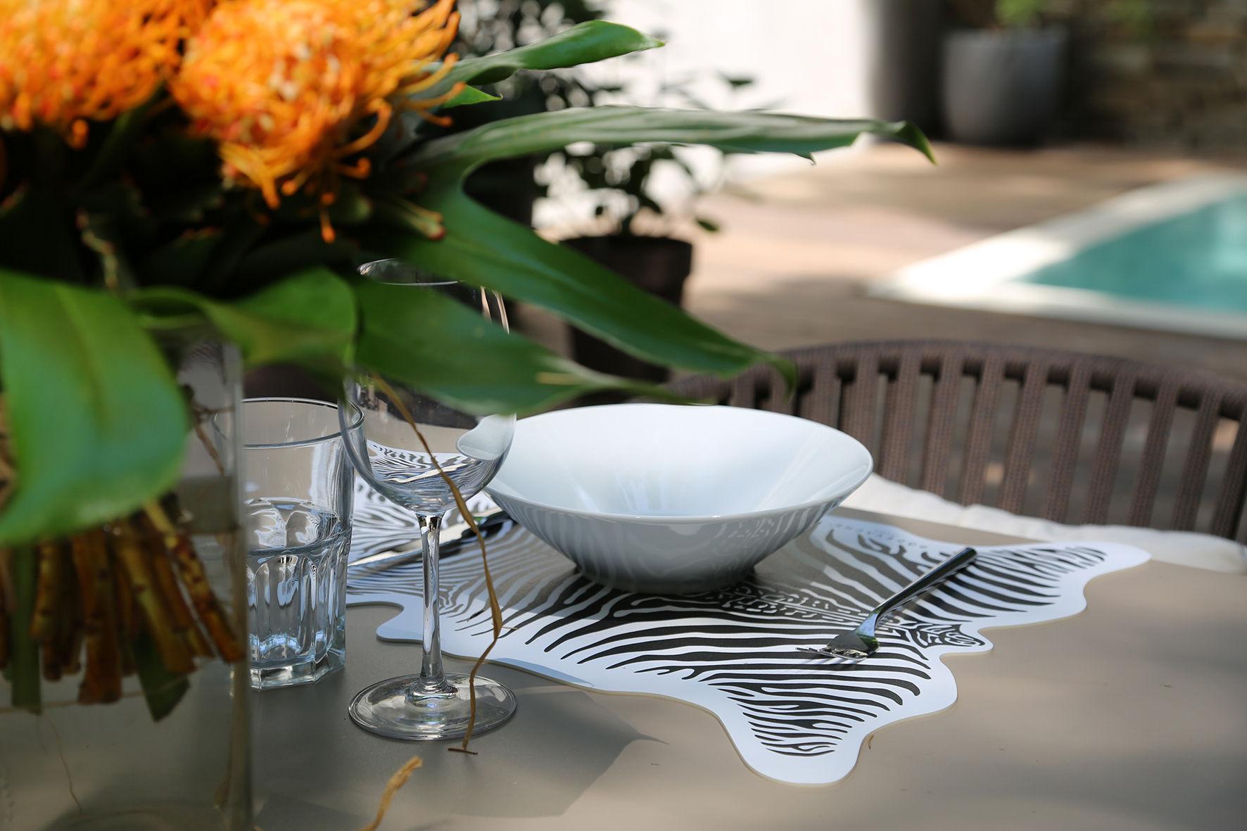 set de table z bre p devache blanc rayures noires made in design. Black Bedroom Furniture Sets. Home Design Ideas
