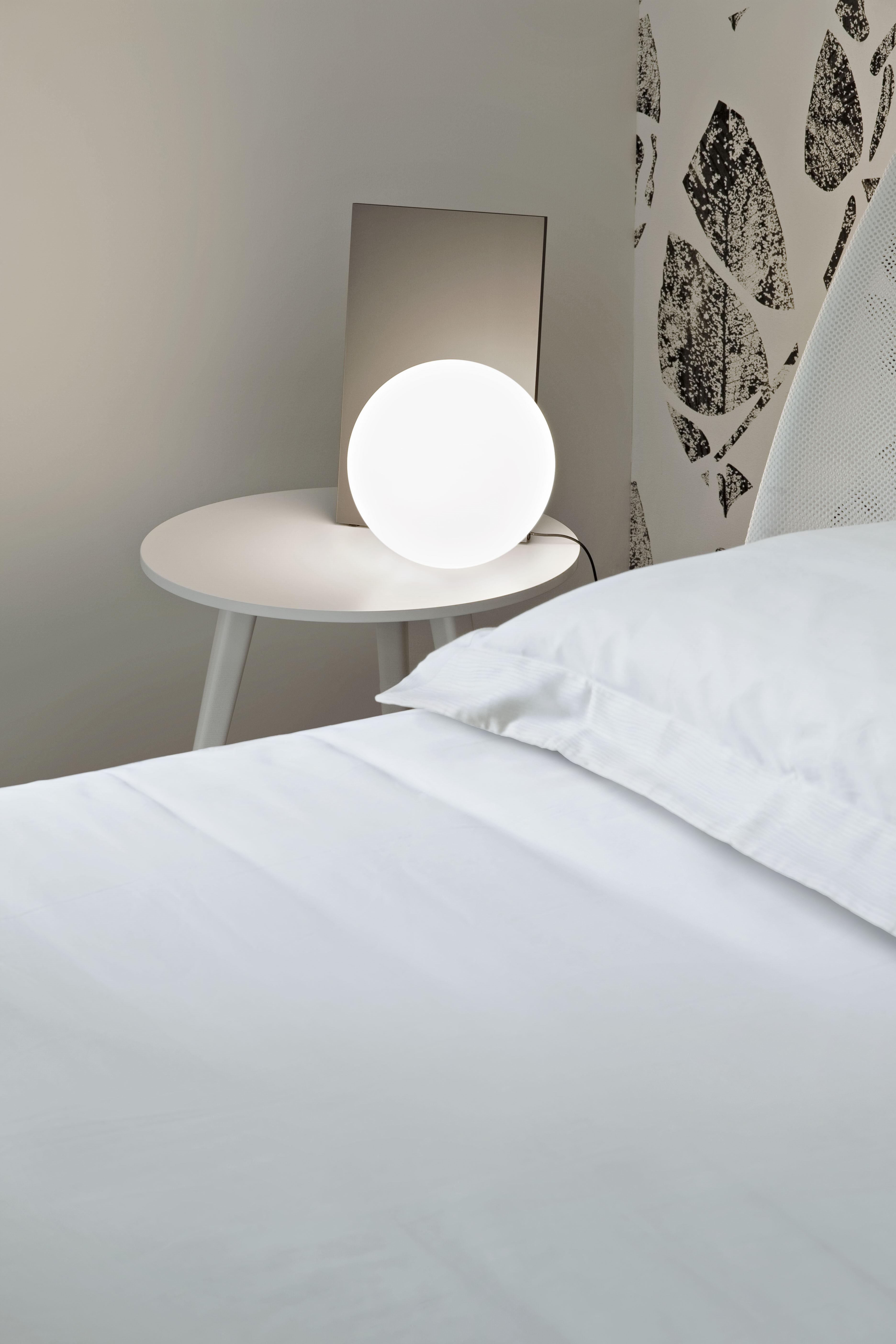 extra t tischleuchte led mundgeblasenes glas metall h 35 cm bronzefarben kugel wei by. Black Bedroom Furniture Sets. Home Design Ideas