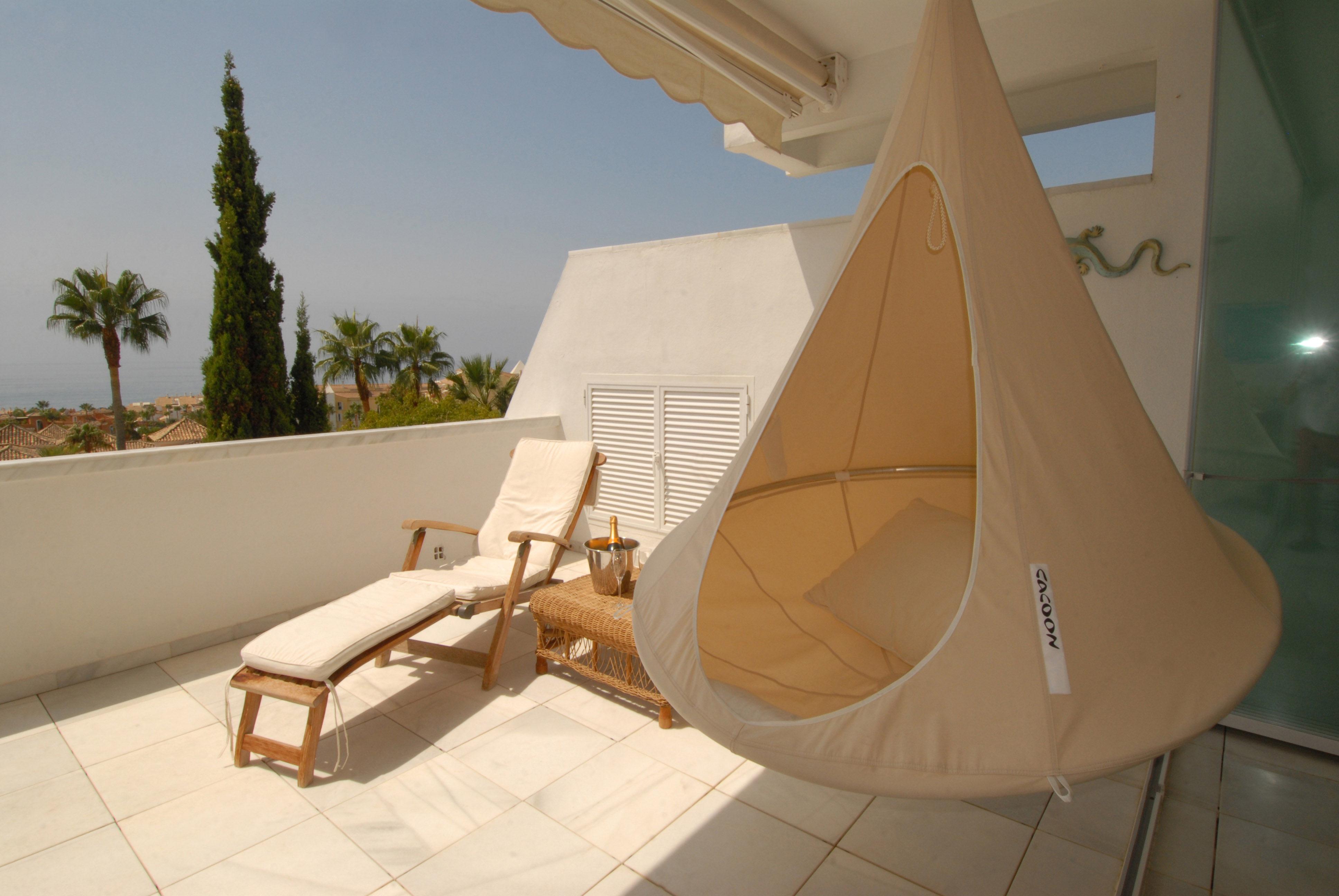 fauteuil suspendu cacoon blanc made in design. Black Bedroom Furniture Sets. Home Design Ideas