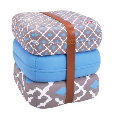 Pouf Baboesjka / 3 coussins de sol & sangle cuir - Fatboy Dimensions d'un coussin : 47 x 47 cm x H 17 cm - Dimensions des 3 coussins empilés : 47 x 47 x H 52 cm blanc,bleu,gris en tissu